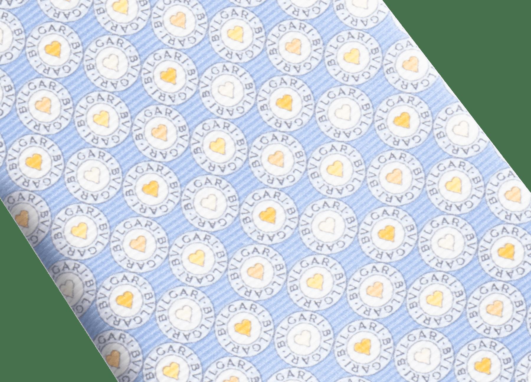 Gravata de sete dobras azul-claro com padrão BB Heart Logo em fina sarja de seda estampada. 244184 image 2