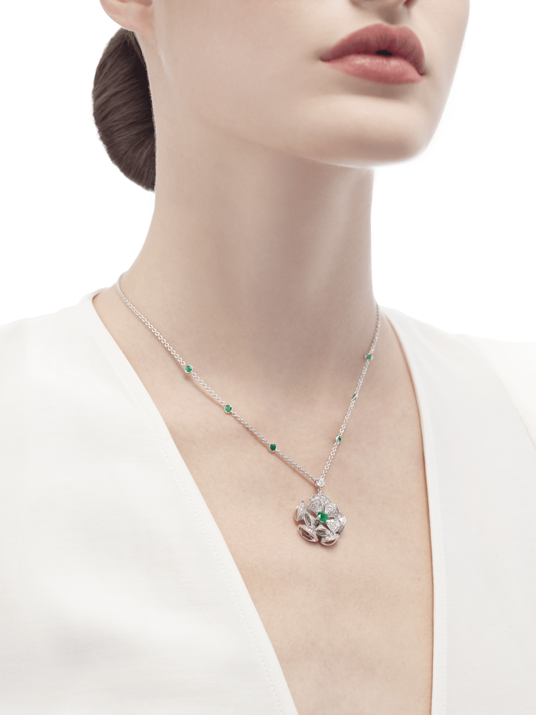 DIVAS' DREAM necklace in 18 kt white gold with chain set with emeralds and a diamond, and with a pendant set with a central enerald and pavé diamonds. 352626 image 4