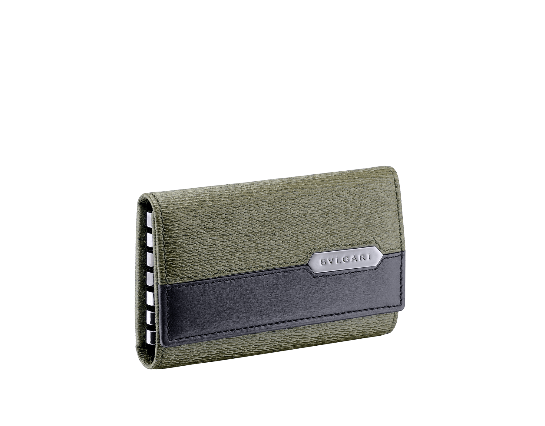 ミメティックジェイドのグレイズドカーフレザー、およびブラックのカーフレザー製「セルペンティ スカリエ マン」キーホルダー。ヘビのうろこをモチーフとしたヘキサゴナルなメタルプレートにブルガリのロゴをエングレーヴィング。プレートはダークルテニウム仕上げ。 581-KEYHOLDER-CAR image 1