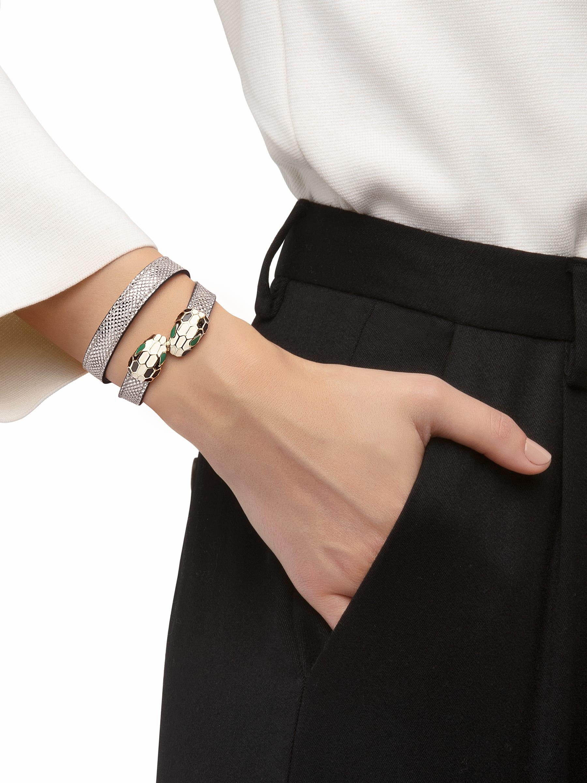 Bracelet multi-tours en karung métallisé couleur argent. Fermoir double Serpenti emblématique en laiton doré et émail noir et blanc avec yeux en émail vert. MCSerp-MK-S image 2