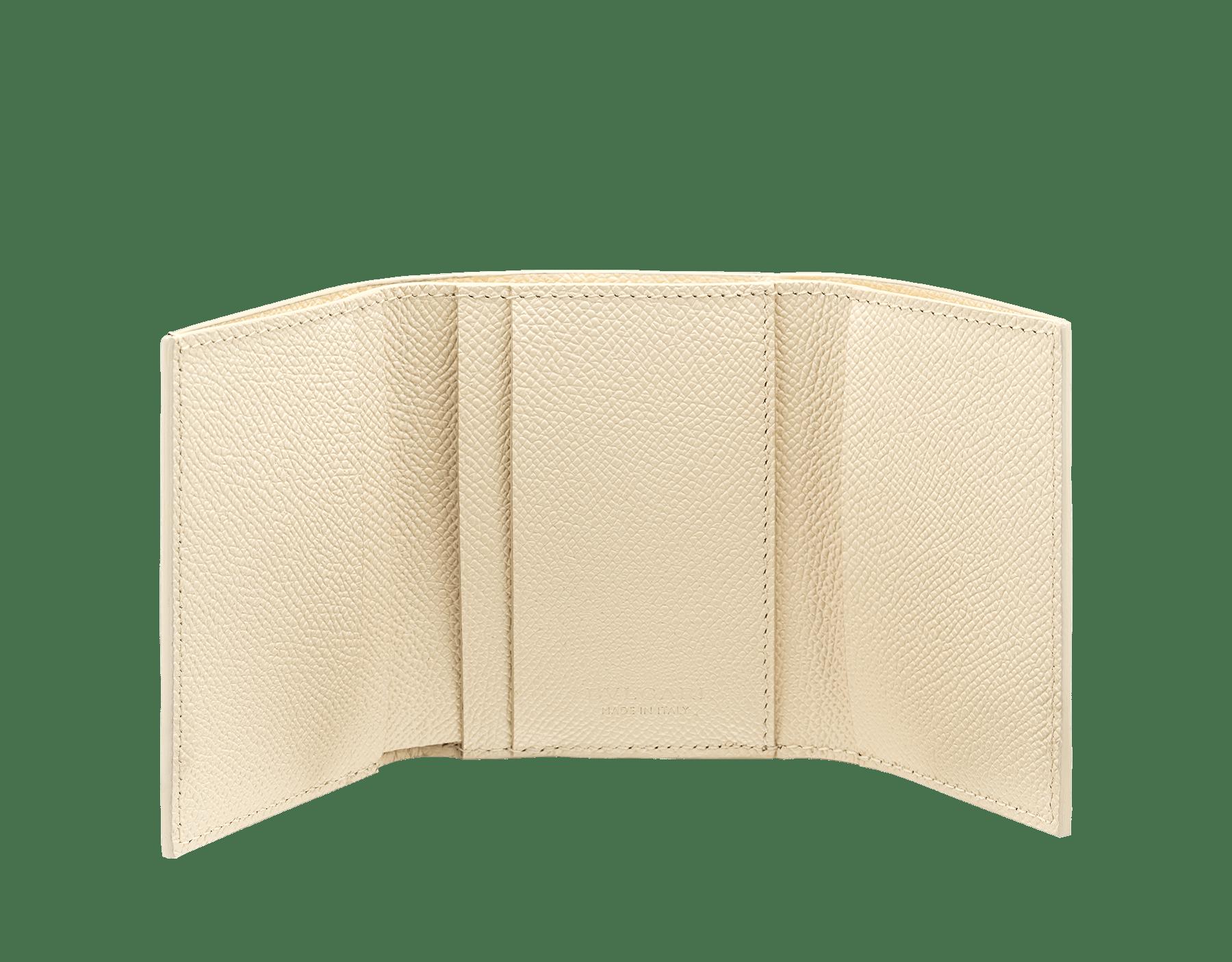 Portefeuille compact et fin «Bvlgari Clip» en cuir de veau grainé couleur blanc Agate et couleur bleu Denim Sapphire. Fermoir emblématique orné du logo Bvlgari en laiton BCM-SLIMCOMPACTb image 2