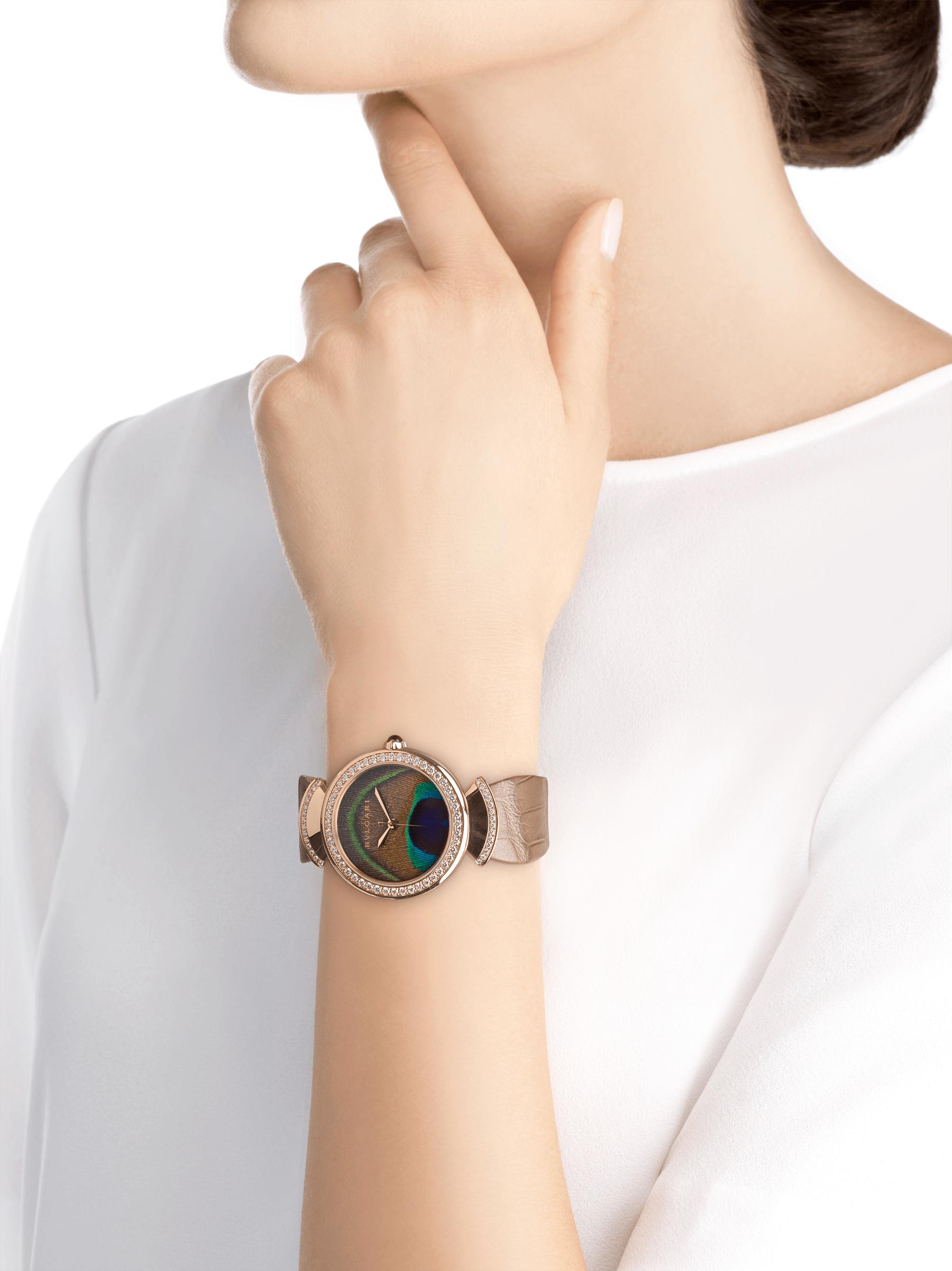 Часы DIVAS' DREAM, мануфактурный механизм с автоматическим заводом, корпус из розового золота 18 карат, безель и крепления в форме веера из розового золота 18 карат с бриллиантами классической огранки, циферблат с настоящим пером павлина, ремешок из блестящей кожи аллигатора бежевого цвета 103139 image 5