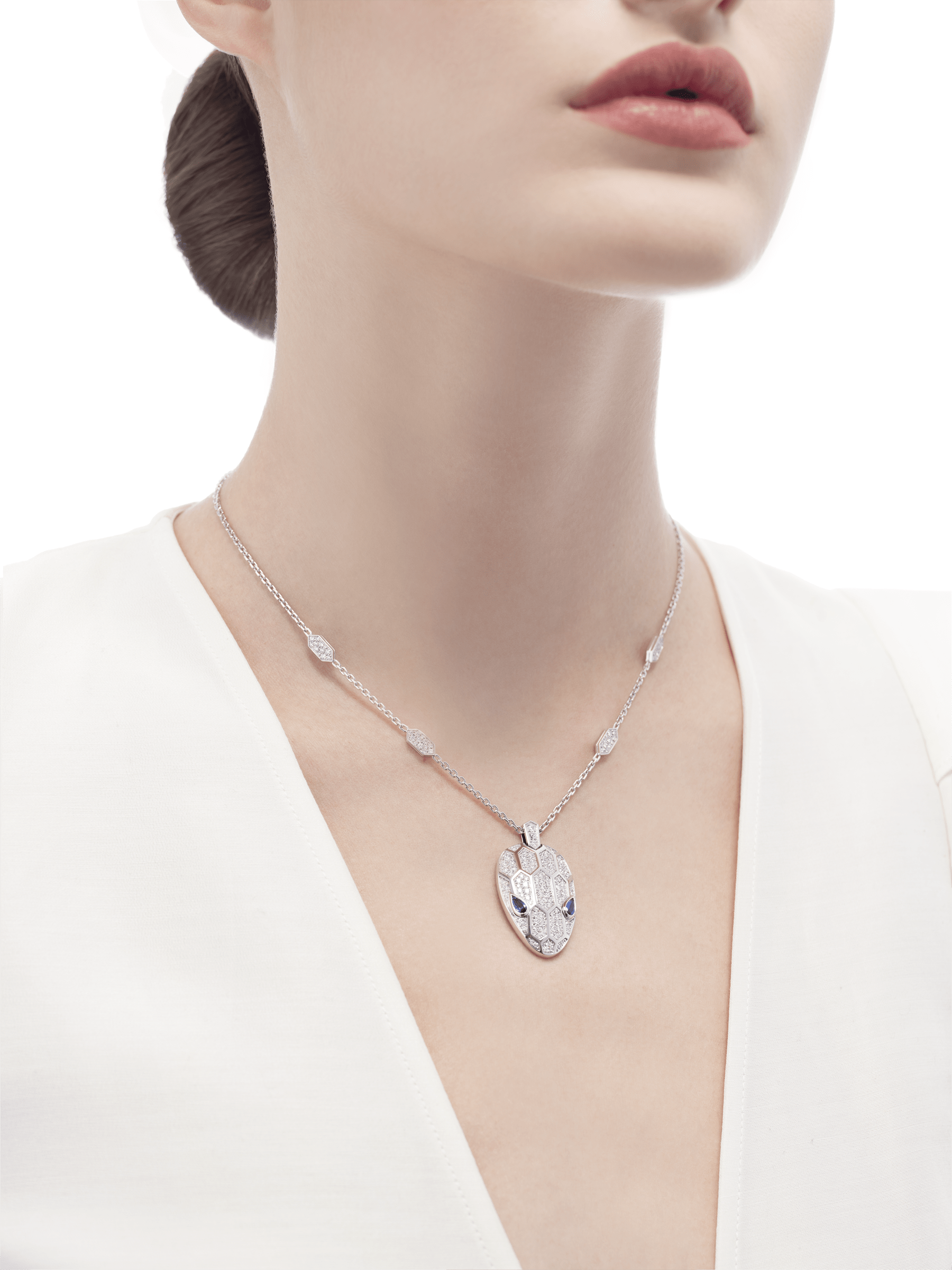 Serpenti necklace in 18 kt white gold set with blue sapphire eyes and pavé diamonds on both the chain and the pendant. 353529 image 4