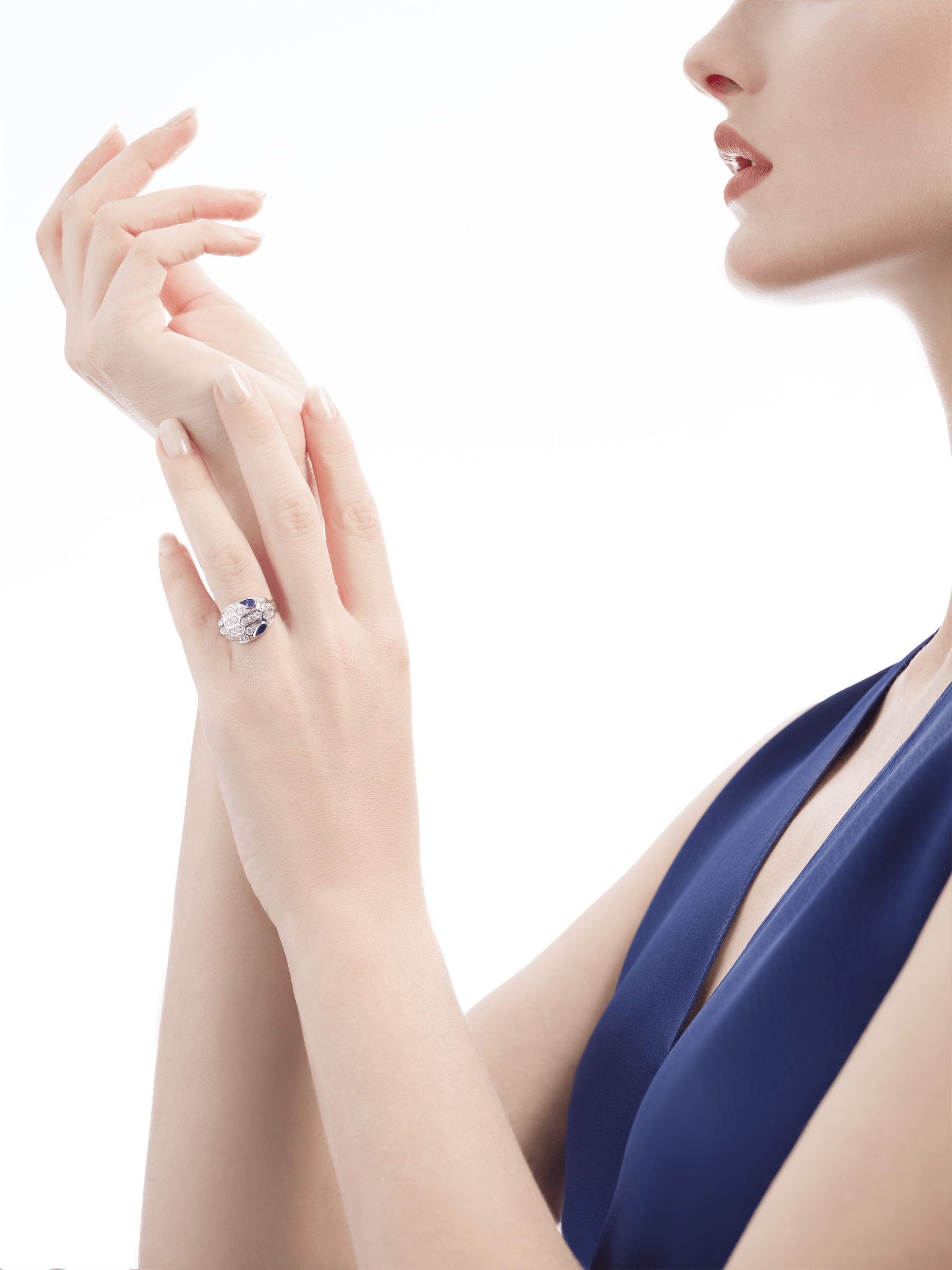 Serpenti ring in 18 kt white gold, set with blue sapphire eyes and pavé diamonds. AN857879 image 3