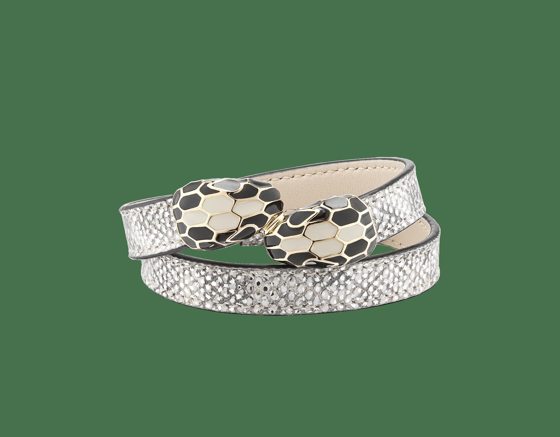 Bracelet multi-tours Serpenti Forever en karung métallisé couleur blanc agate avec détails en laiton doré. Motif en miroir Serpenti emblématique en émail noir et couleur blanc agate avec yeux en émail noir. MCSerp-MK-WA image 2