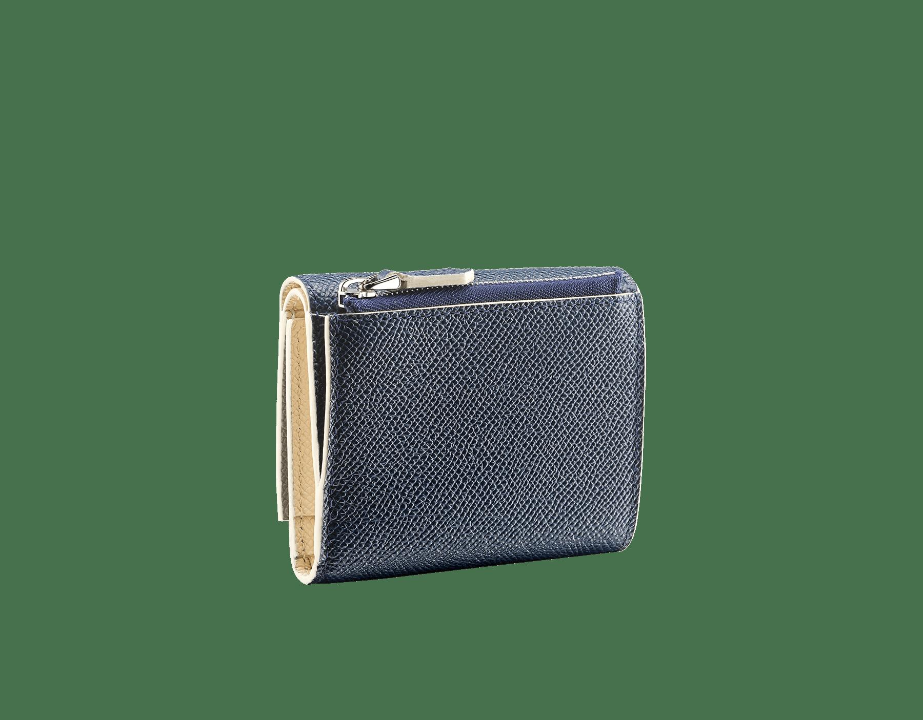 Portefeuille compact et fin «Bvlgari Clip» en cuir de veau grainé couleur blanc Agate et couleur bleu Denim Sapphire. Fermoir emblématique orné du logo Bvlgari en laiton BCM-SLIMCOMPACTb image 3