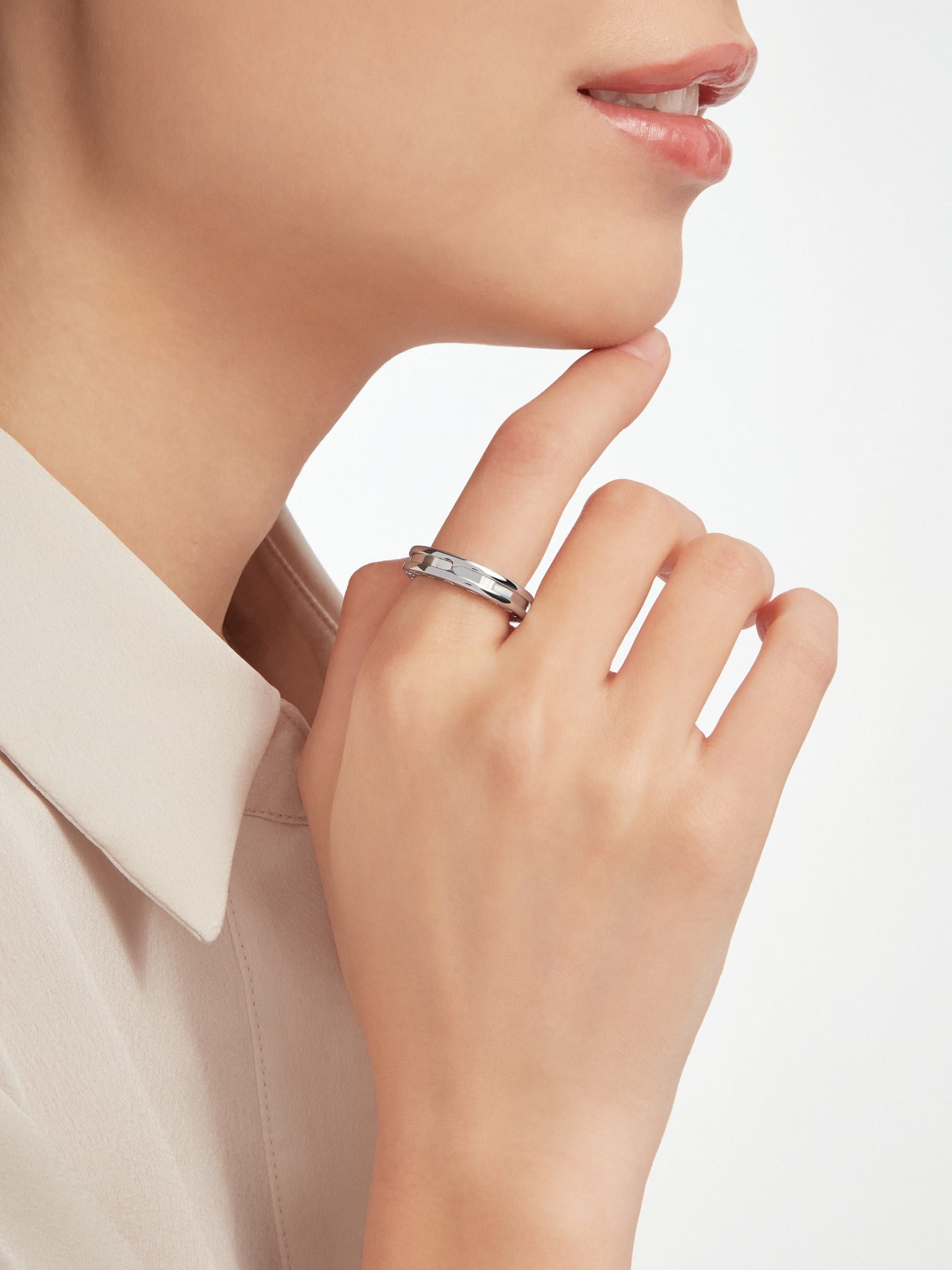 B.zero1 one-band ring in 18 kt white gold. B-zero1-1-bands-AN852423 image 2
