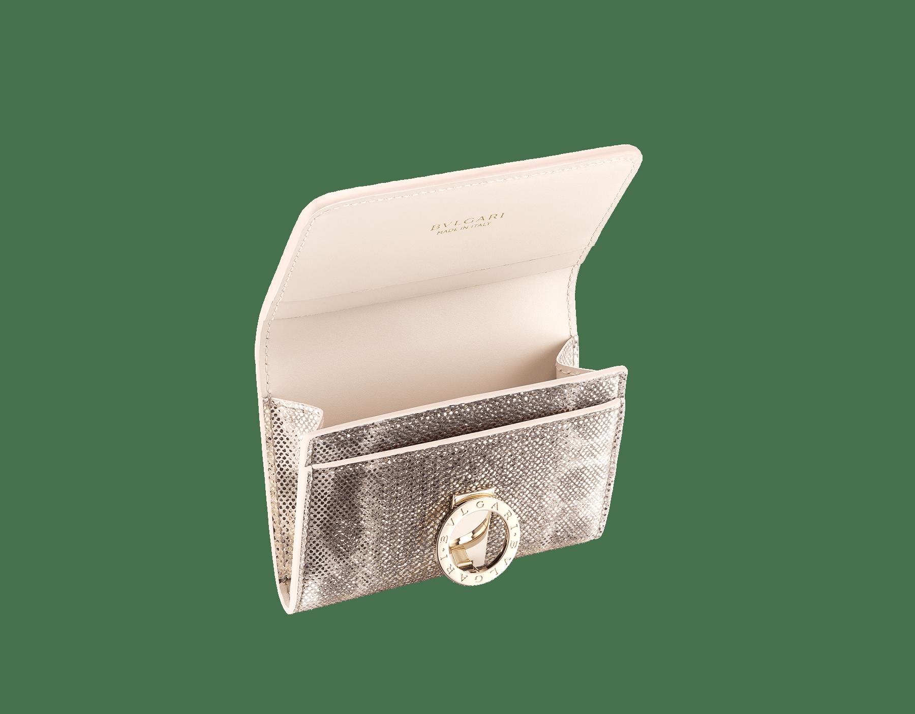 Porta-cartão de visita BVLGARIBVLGARI em couro karung opala-leitosa metálico e couro de novilho opala-leitosa, com napa coral-estrela-do-mar. Icônico fecho de clipe com logotipo em metal banhado a ouro claro. 288282 image 2