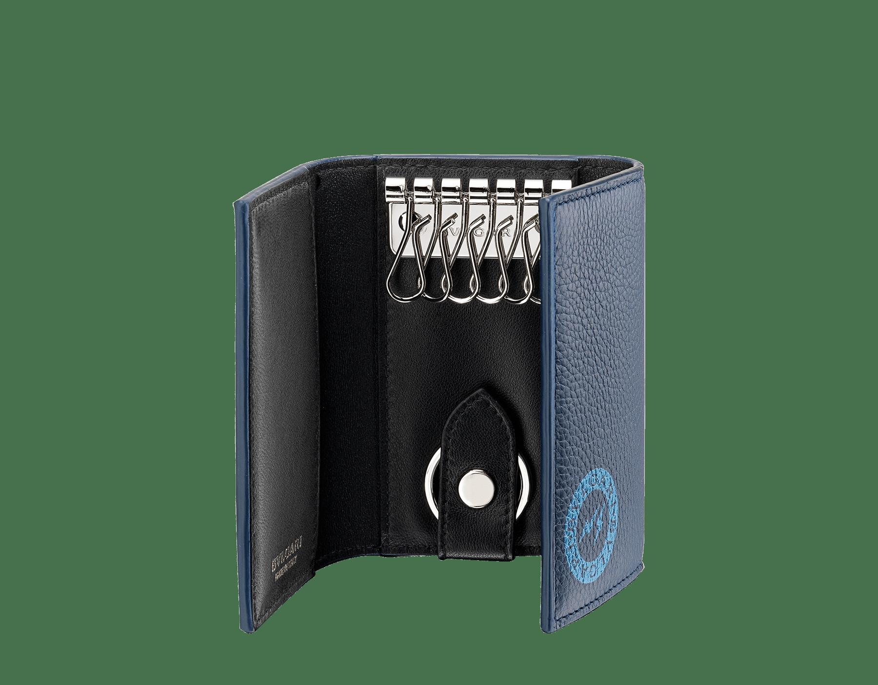 取り外し可能なカーキーホルダー付き、デニムサファイアのグレインカーフレザーとブラックナッパレザーを使用した「FRAGMENT X BVLGARI by Hiroshi Fujiwara」キーホルダー。特別な「BVLGARI FRAGMENT」ライトブルーのロゴプリント。 DOUBLEKEYHOLD-FUJI3rd image 2