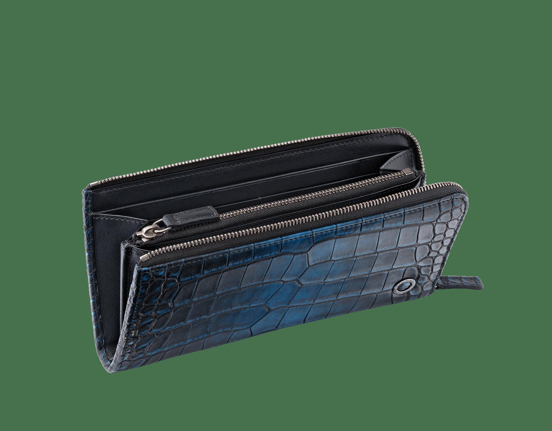 Portefeuille à fermeture éclair en L en alligator bleu nuit et cuir de veau lisse noir avec détails en laiton plaqué ruthénium foncé ornés du motif BVLGARI BVLGARI. 38932 image 2