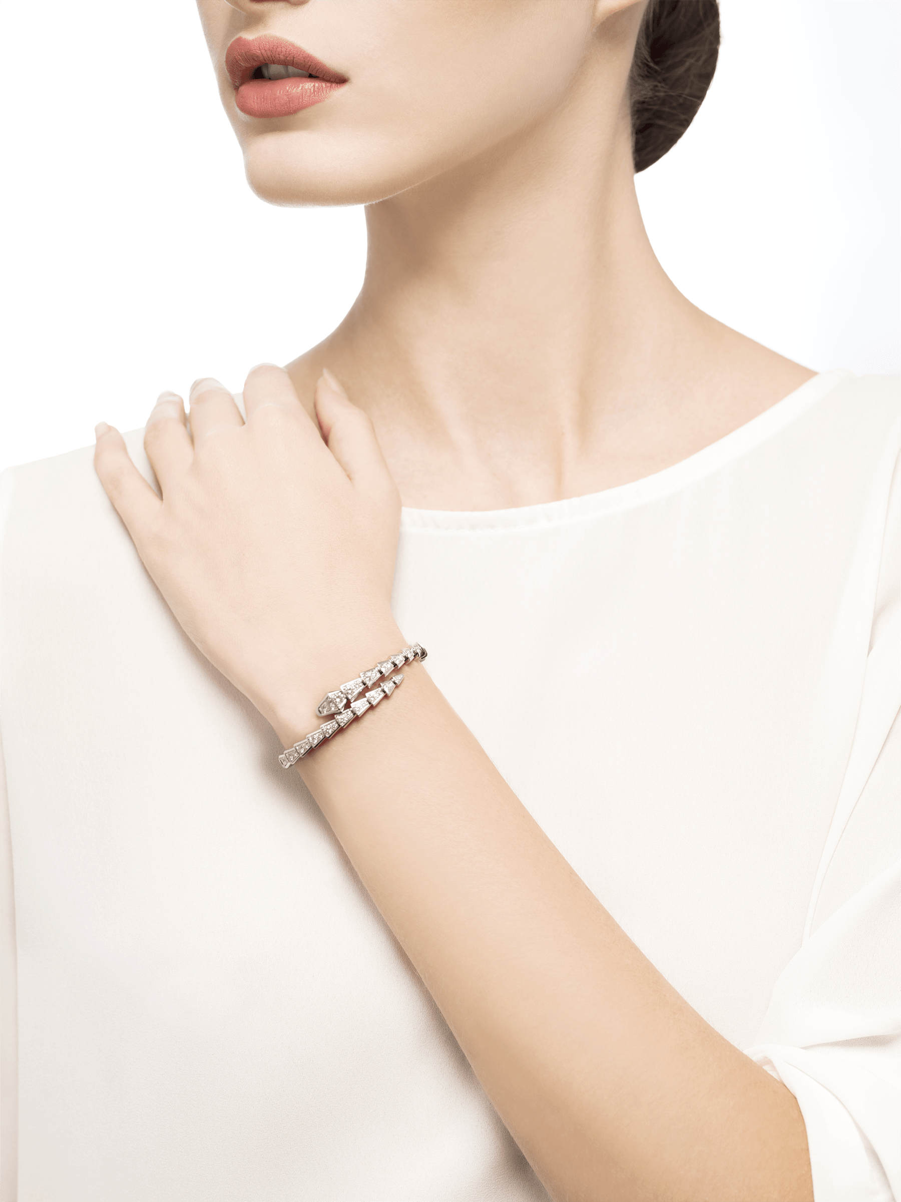 Serpenti one-coil slim bracelet in 18 kt white gold, set with full pavé diamonds. BR857492 image 3