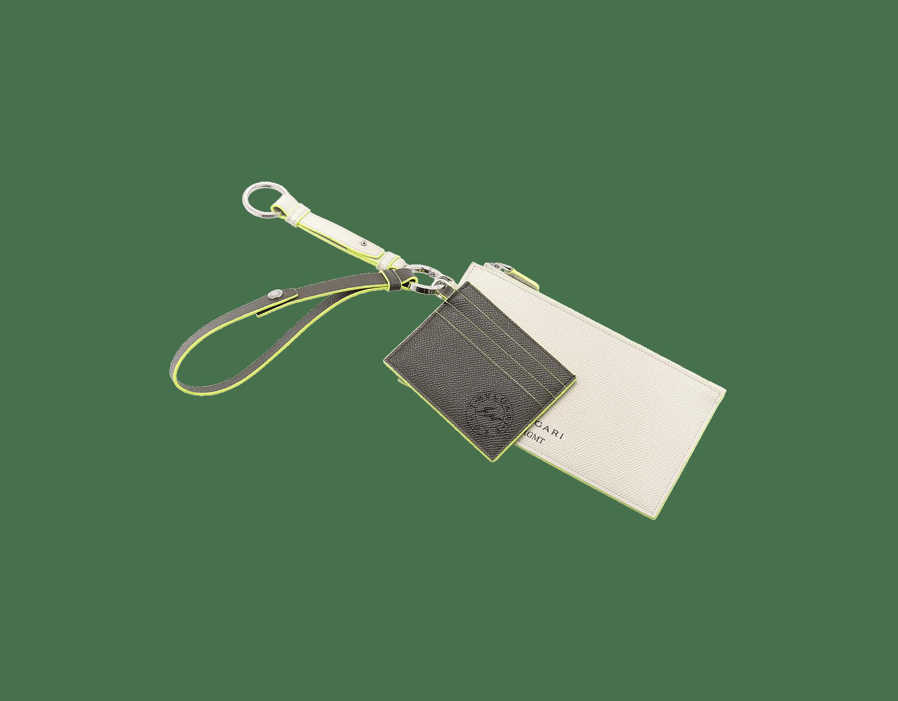 BVLGARI x FRAGMENT by Hiroshi Fujiwara携帯電話・クレジットカードホルダー。 ホークアイ、ホワイトアゲート、蛍光イエローのカーフレザー製。パラジウム プレート ブラスとホワイトアゲートのカーフレザー製キーホルダー。ホークアイのカーフレザー製ストラップ。 289528 image 1