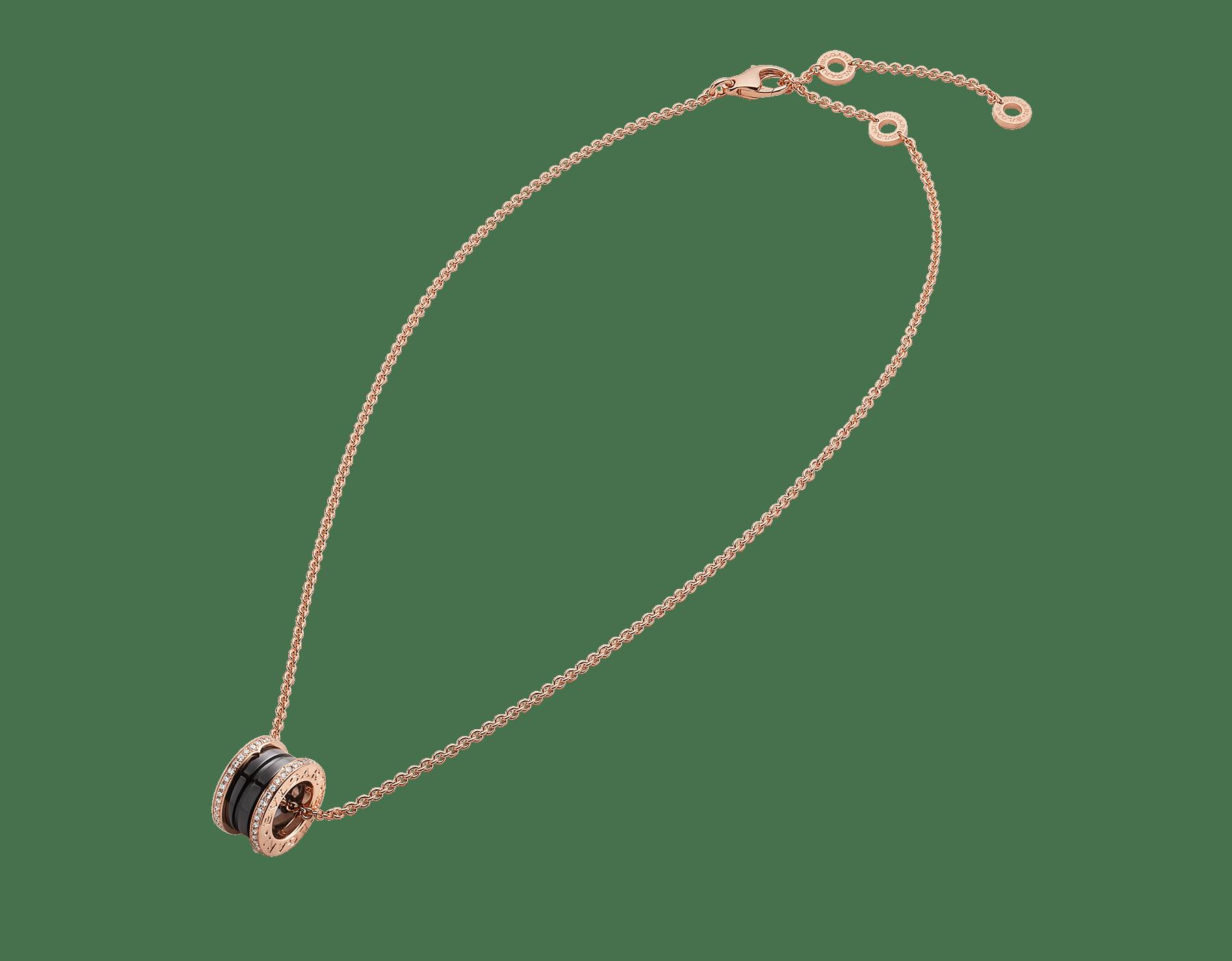 يجمع عقد بي.زيرو1 بين التصميم المتميز والأناقة العصرية من خلال سلسلة من الذهب الوردي تحيط بقلادة حلزونية مرصعة بالسيراميك الأسود والألماس المرصوف. 350056 image 2