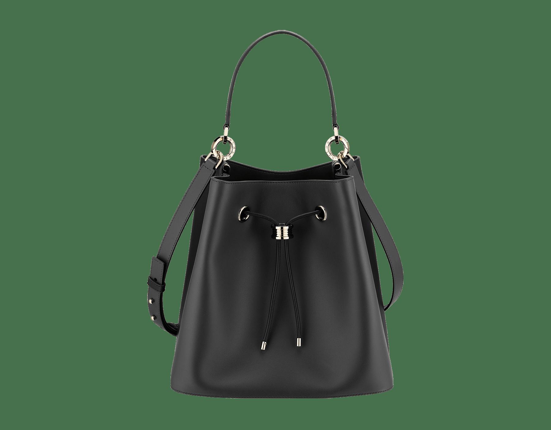 ブラックのスムースカーフレザー製「ビー・ゼロワン」バケットバッグ。内側にブラックのナッパレザー製ライニング。ビー・ゼロワン装飾をあしらったライトゴールドプレートブラスの金具。 975-BCL image 1