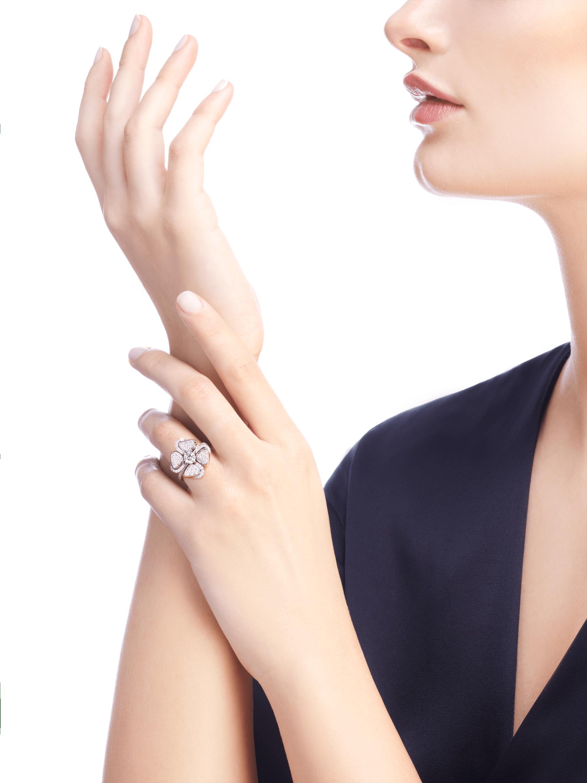 Anillo Fiorever en oro blanco de 18qt con un diamante central y pavé de diamantes. AN858138 image 3