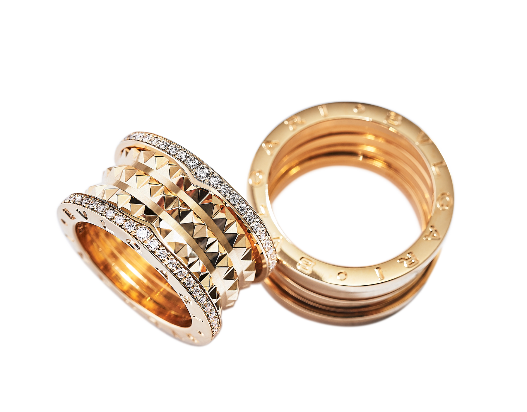Bagues pour couples B.zero1 Rock et B.zero1 en or jaune 18 K, dont une avec spirale cloutée et pavé diamant sur les bords. Un duo de bagues intemporel au design avant-gardiste mêlé à un charme audacieux. Bzero1-Rock-and-Bzero1-Yellow-Gold-Couples-Rings image 1