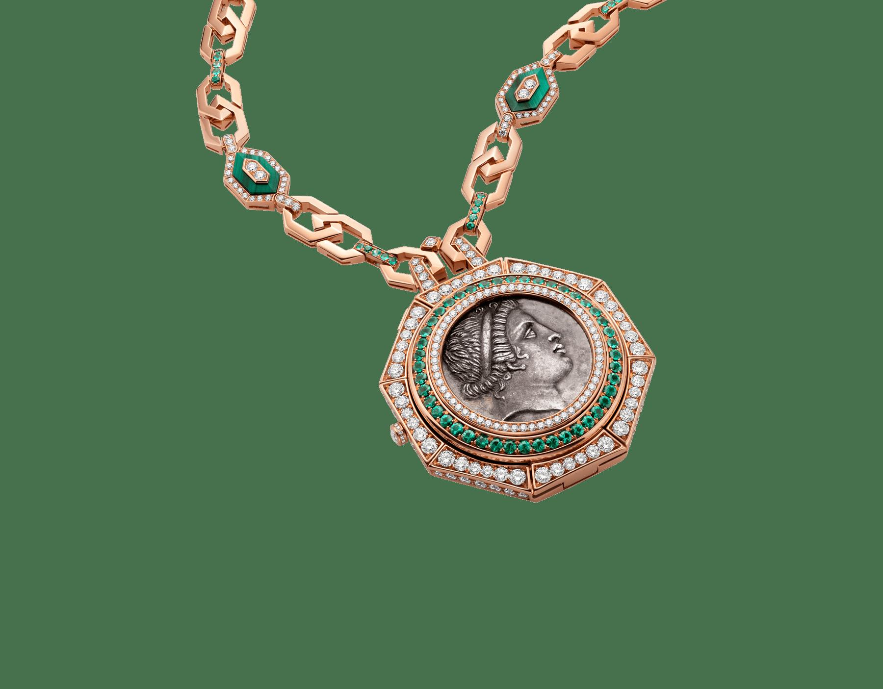 Montre à secret pendentif Monete avec boîtier en or rose 18K serti d'une antique pièce de monnaie en argent, diamants taille brillant et émeraudes, cadran en malachite et chaîne en or rose 18K sertie de diamants taille brillant, émeraudes et éléments en malachite 102847 image 2