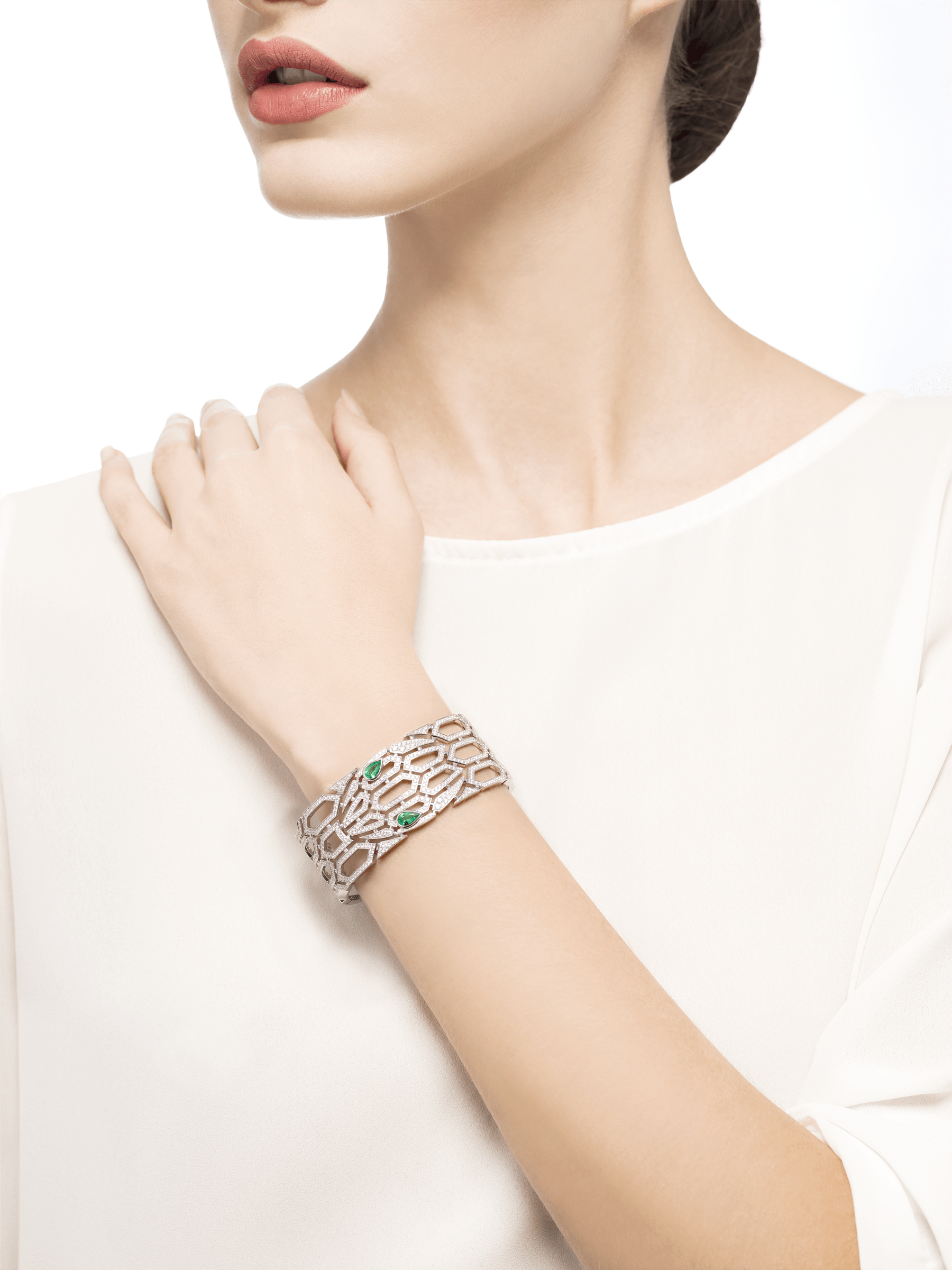 Serpenti bangle bracelet in 18 kt white gold, set with emerald eyes and full pavé diamonds. BR857667 image 2
