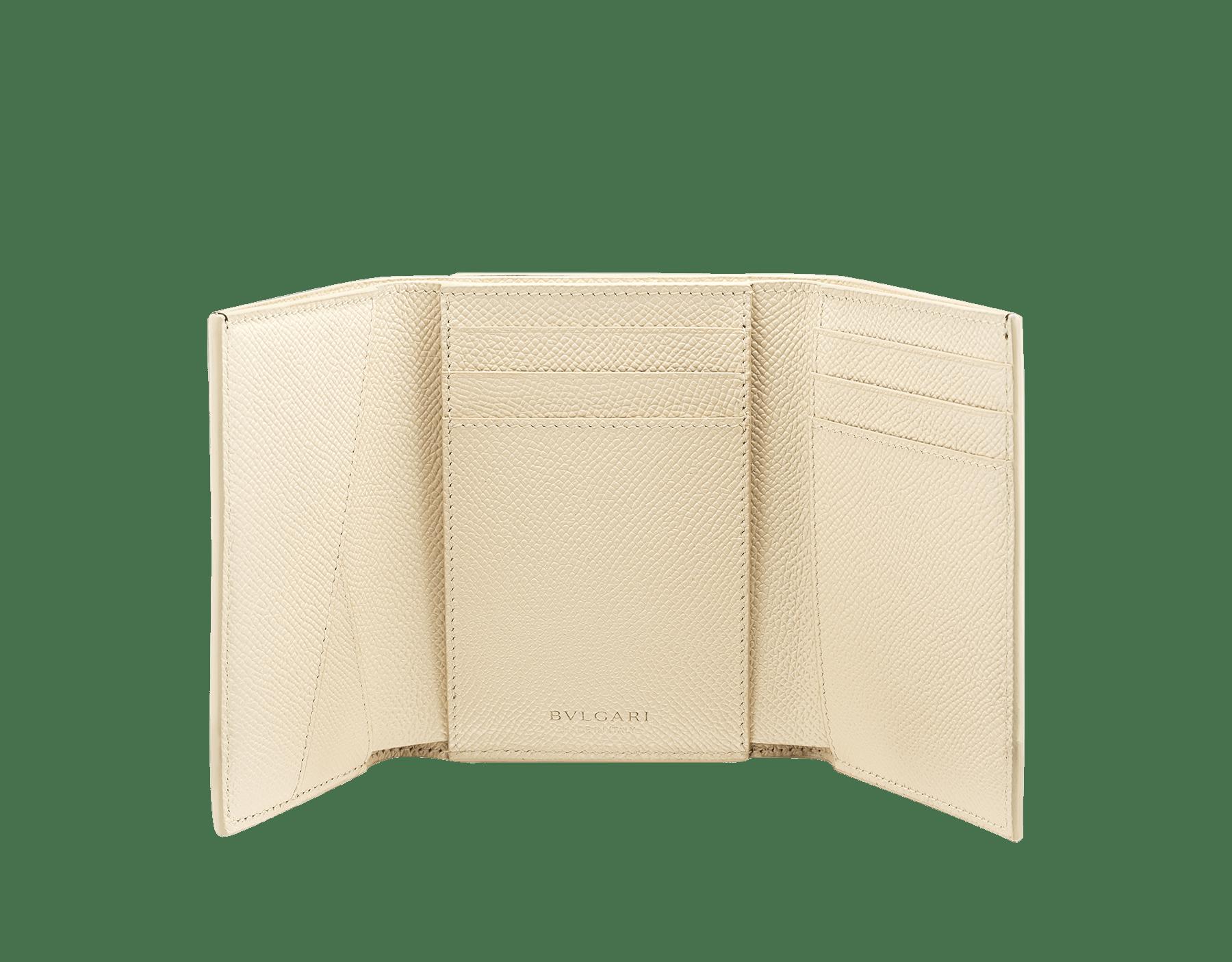 Portefeuille compact «Bvlgari Clip» en cuir de veau grainé couleur blanc Agate et couleur bleu Denim Sapphire. Fermoir emblématique orné du logo Bvlgari en laiton. BCM-YENCOMPACTZPb image 2