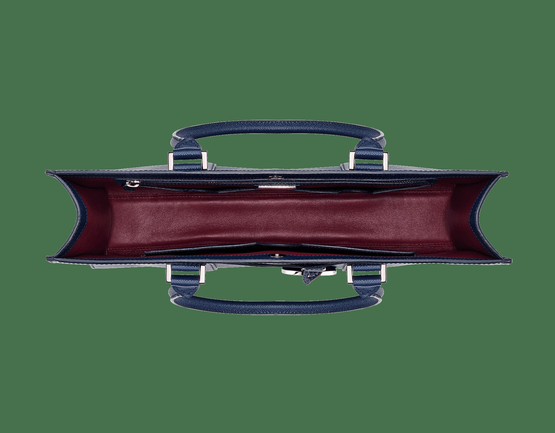 デニムサファイアのグレインカーフレザー製トートバッグ。ブラスパラジウムプレート金具付き。内側にジップ付きポケット×1、オープンポケット×3、ブルガリロゴ入りメタルタグ付き。取り外しのできるラベルタグ。 39391 image 4