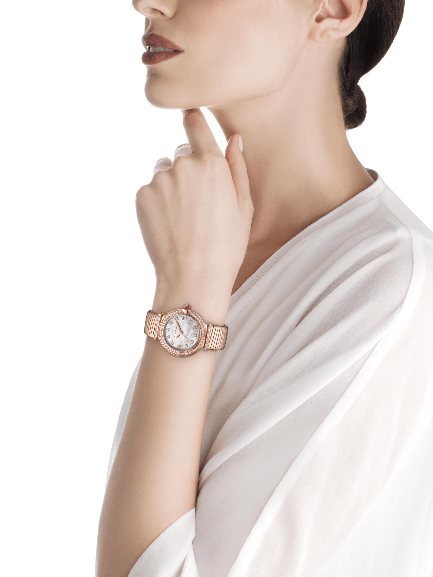 Relógio LVCEA Tubogas com caixa em ouro rosa 18K cravejada com diamantes, mostrador em madrepérola branca, índices de diamante e pulseira tubogas em ouro rosa 18K 103034 image 4