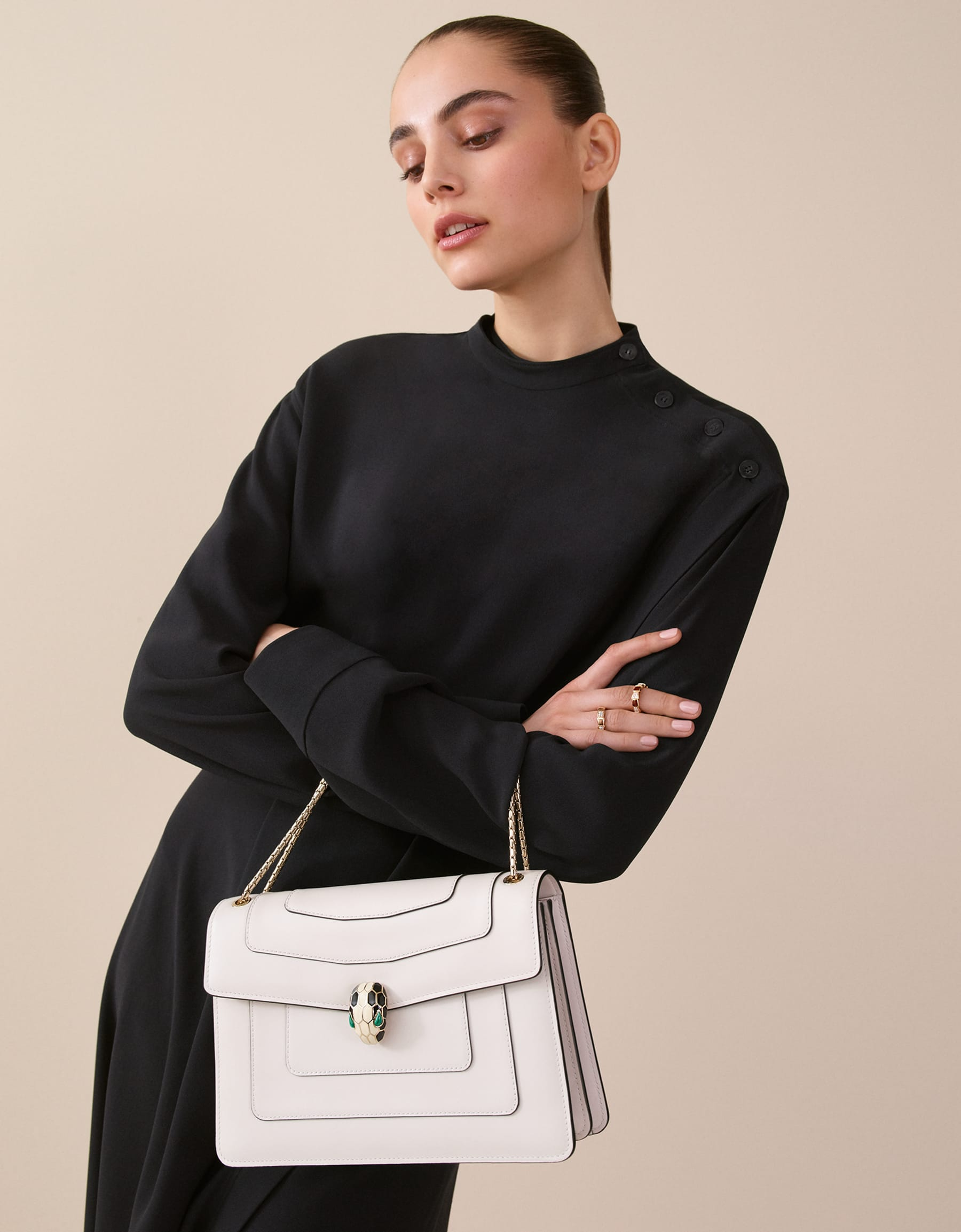 Flap cover bag Serpenti Forever in white agate calf leather. Brass light gold plated snake head closure in black and white enamel with eyes in green malachite. 283170 image 5