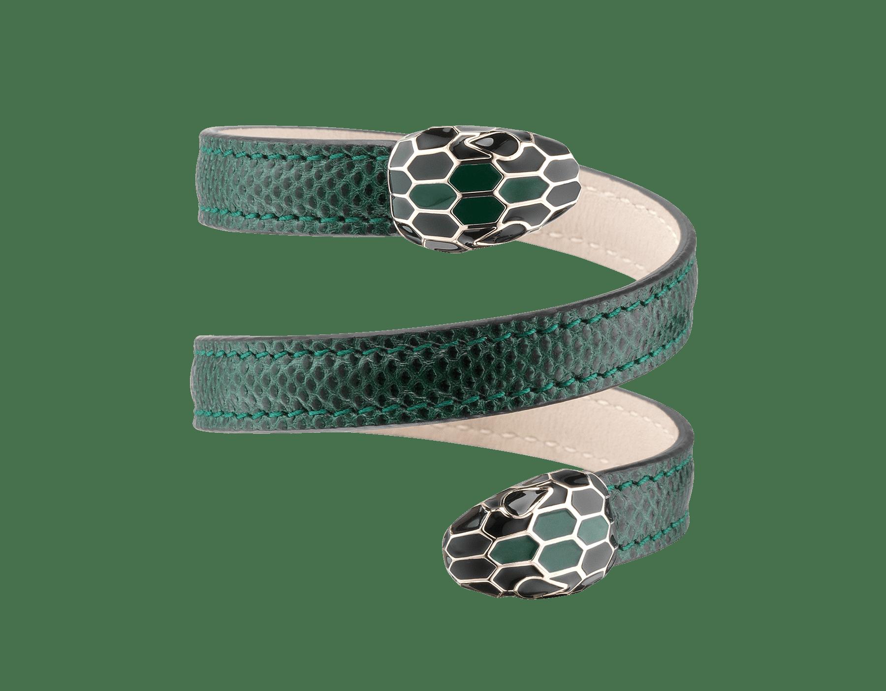Bracelet Cleopatra multi-tours rigide en karung brillant couleur émeraude vert forêt avec détails en laiton doré. Fermoir Serpenti double en émail noir et couleur émeraude vert forêt. Cleopatra-SK-FE image 1
