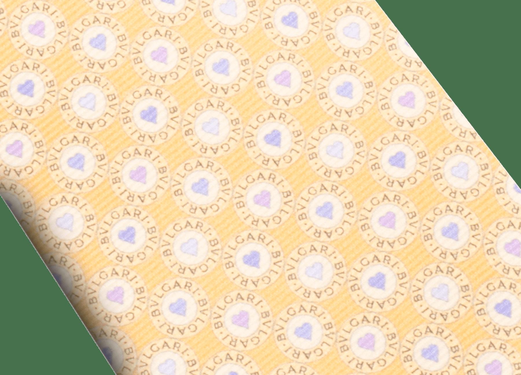 "Gravata de sete dobras ""BB Heart Logo"" amarela em sarja fina de seda estampada. LogoBBHeart image 2"