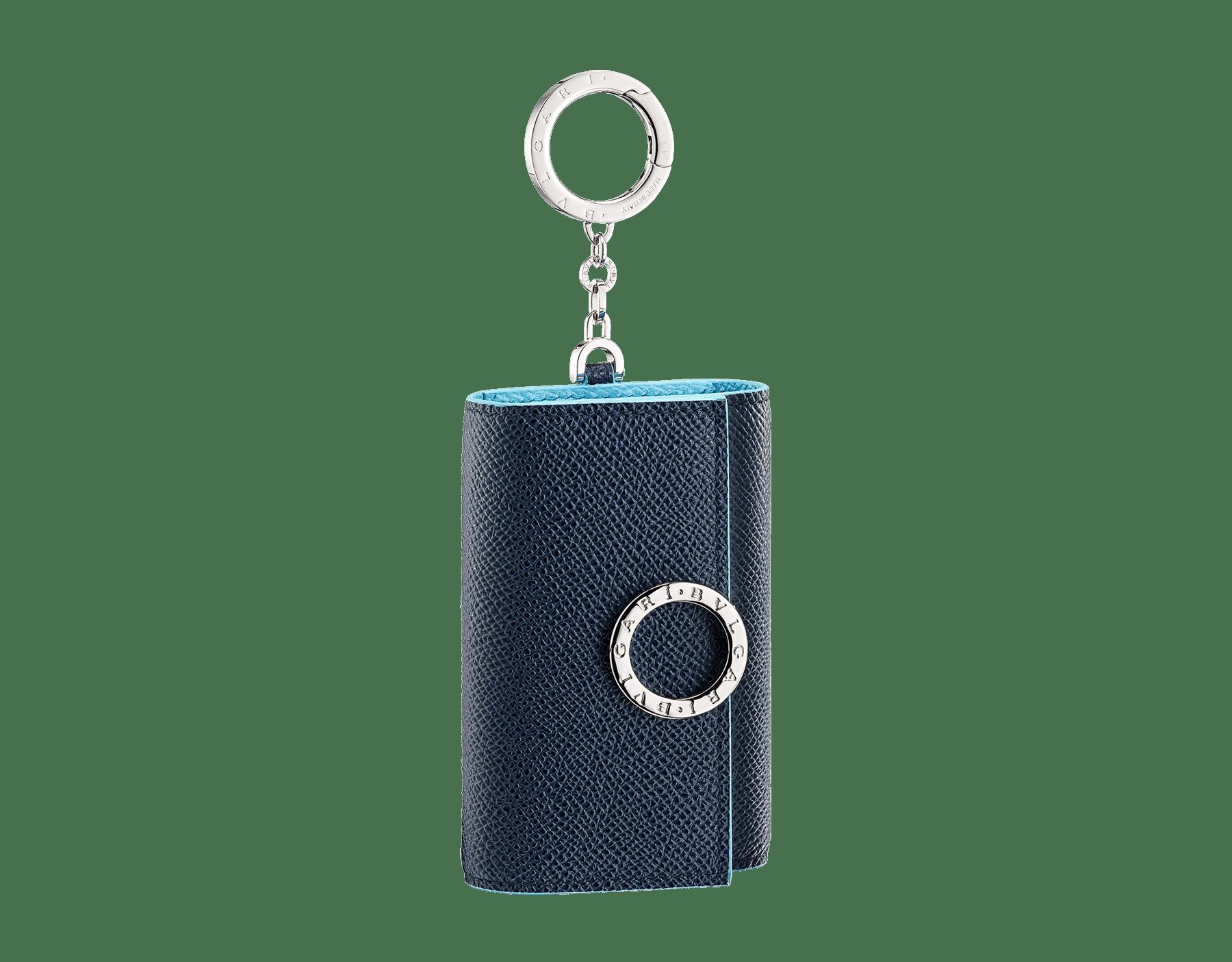 BVLGARI BVLGARI Schlüsseletui aus genarbtem Kalbsleder in Denim Sapphire Blau und in Aegean Topaz Hellblau. Ikonischer Logodekor und Karabinerhaken aus palladiumbeschichtetem Messing. BCM-KEY-HOLD-CLASPb image 1
