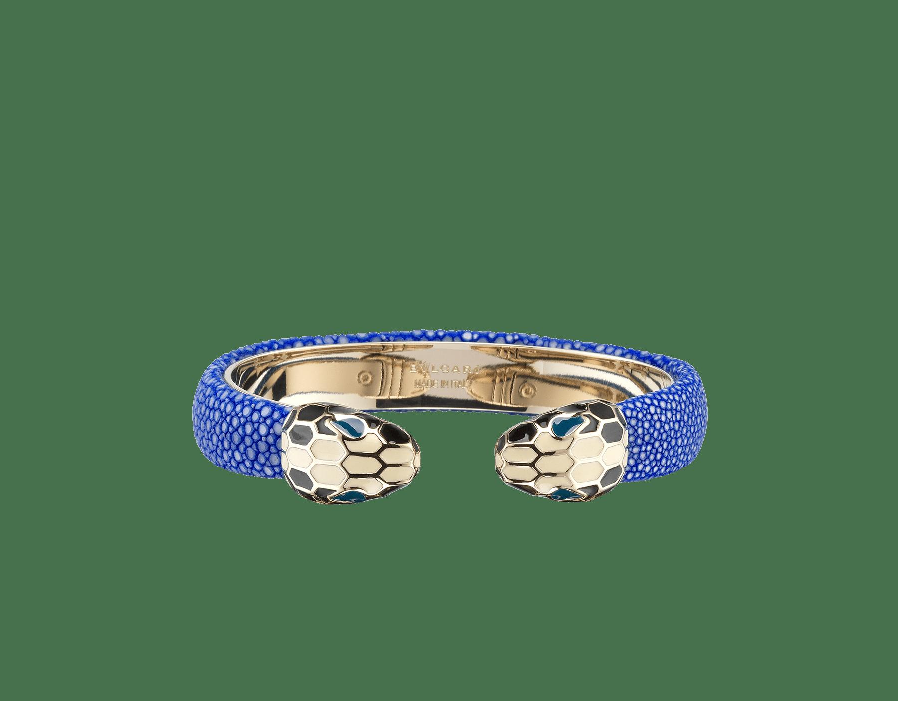 Bracelet jonc Serpenti Forever en galuchat couleur Cobalt Tourmaline avec détails en laiton doré. Motif en miroir Serpenti emblématique en émail noir et blanc avec yeux en émail vert 287490 image 1