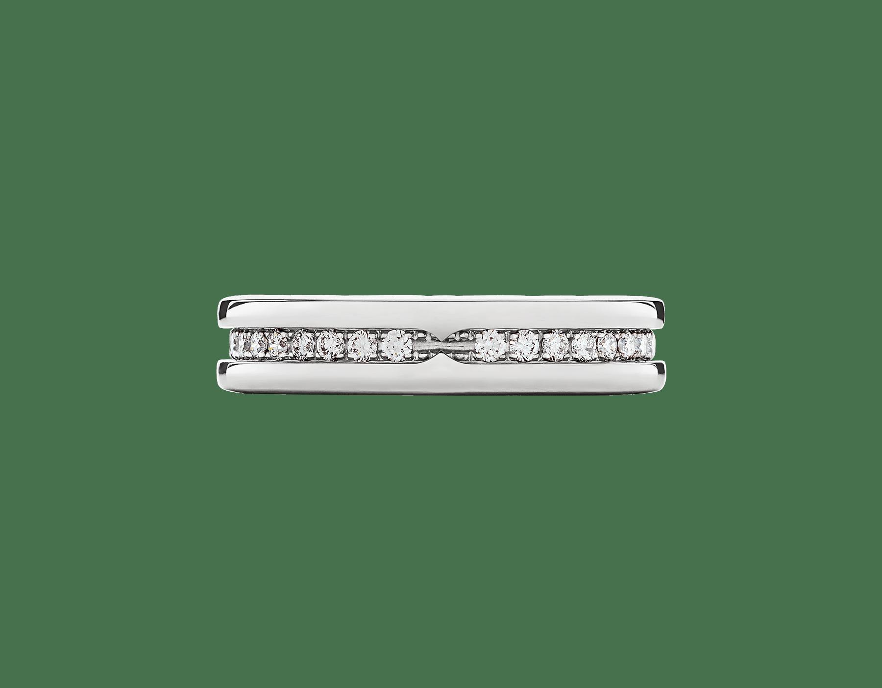 流麗な曲線が描き出す大胆な印象にパヴェダイヤモンドの貴さが融合したビー・ゼロワン リング。その多彩な精神と現代的なエレガンスを映し出します。 B-zero1-1-bands-AN850656 image 3