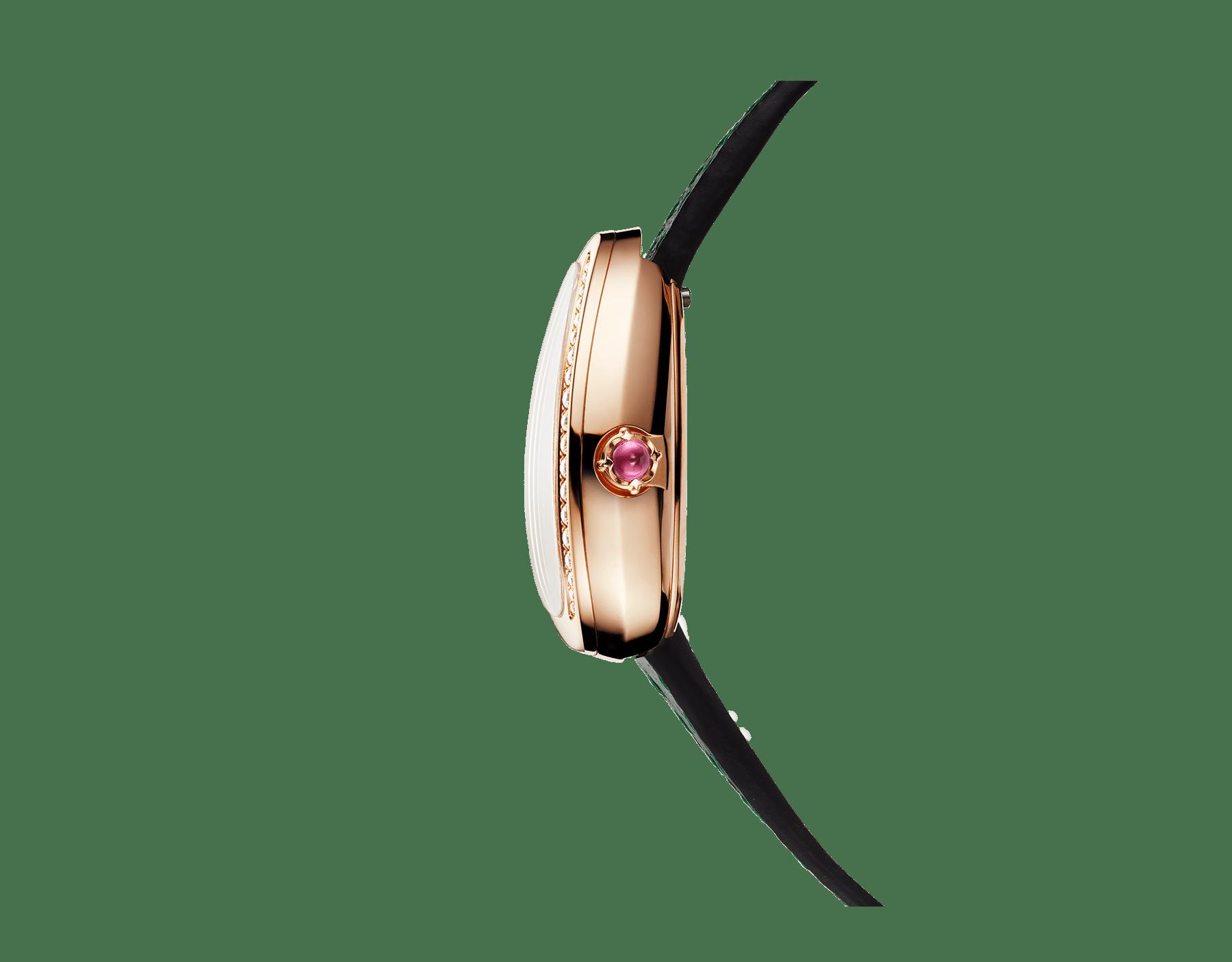Relógio Serpenti com caixa em ouro rosa 18K cravejada com diamantes redondos lapidação brilhante, mostrador preto laqueado e pulseira de duas voltas intercambiável em couro karung verde 102918 image 2