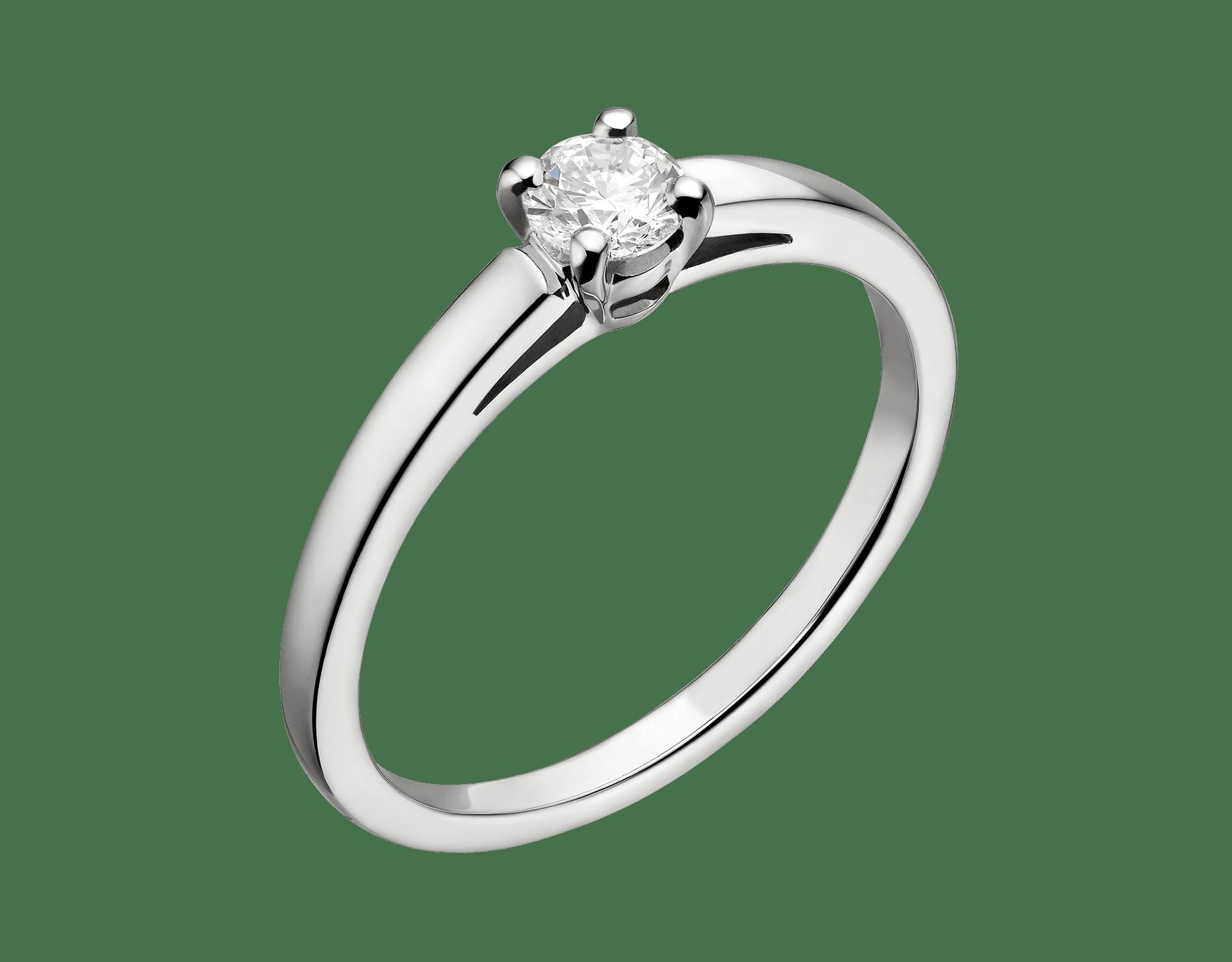 Anel solitário Griffe em platina com diamante lapidação brilhante redondo. Disponível a partir de 0,30ct. A incrustação clássica permite ao diamante solitário exprimir toda sua beleza e pureza. 327796 image 1