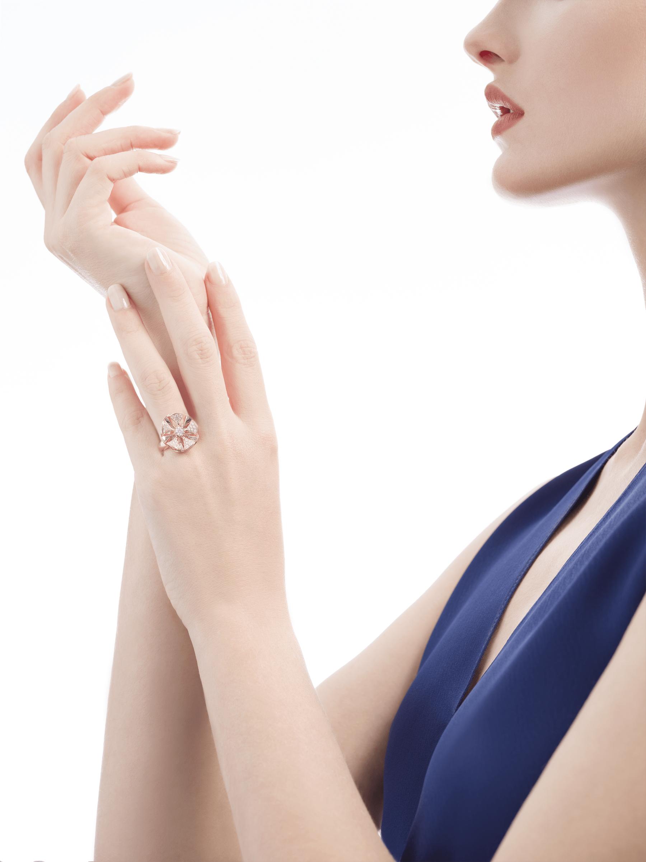 La bague DIVAS' DREAM règne en reine sur le jardin du glamour en se parant d'or rose et de pétales en pavé diamants à l'élégance florale. AN857078 image 4