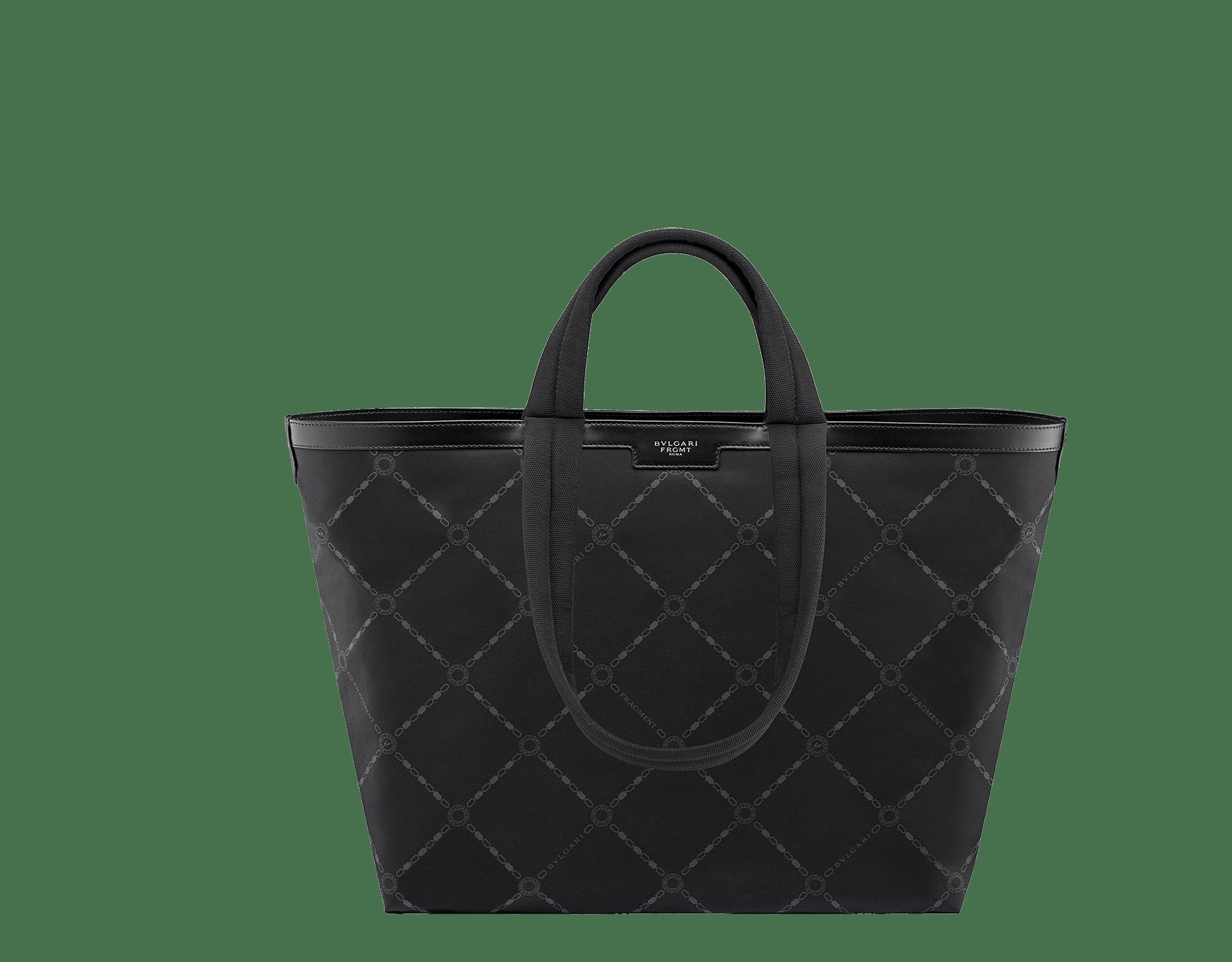 パラジウムプレートブラス製金具と「FRAGMENT」シルバースモールロゴが付いた ブラックパフィーナイロン製「FRAGMENT X BVLGARI by Hiroshi Fujiwara」ショッピングバッグ。 290772 image 4