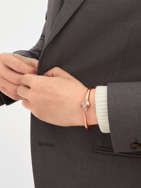 Serpenti 18K 玫瑰金手環,蛇眼鑲飾紅碧璽,蛇頭和蛇尾飾以半密鑲鑽石。 BR857813 image 2