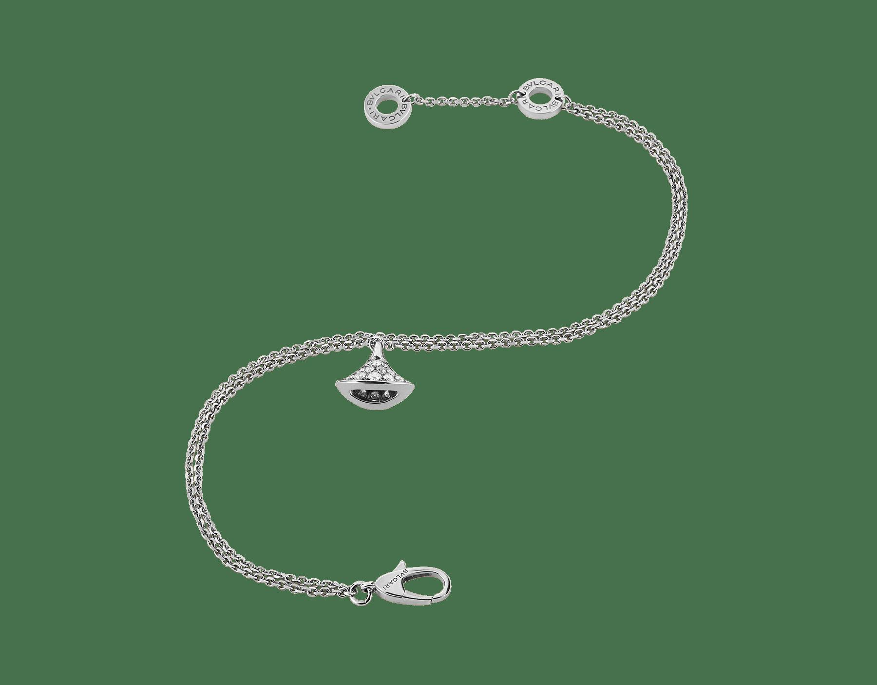 Sublimé par l'éclat raffiné du pavé diamants, le bracelet DIVAS' DREAM se pare d'un pendentif en forme d'éventail qui s'agite tel un précieux talisman. BR857493 image 2