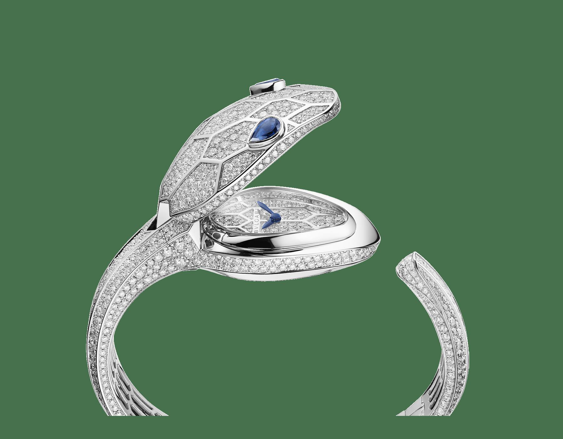 ساعة سيربنتي ميستريوزي سيكرت، علبة الساعة وسوارها الصلب من الذهب الأبيض عيار 18 قيراطاً وكلاهما مرصع بأحجار ألماس بريلينت مستديرة، ميناء مرصع بالكامل بالألماس المرصوف وعينين من أحجار الزفير الإجاصية الشكل. قياس صغير 102752 image 3
