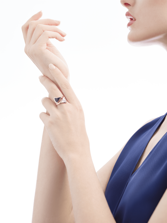 Anillo B.zero1 de cuatro bandas con dos aros en oro rosa de 18 qt con pavé de diamantes en los bordes y una espiral de cerámica blanca. AN857049 image 4