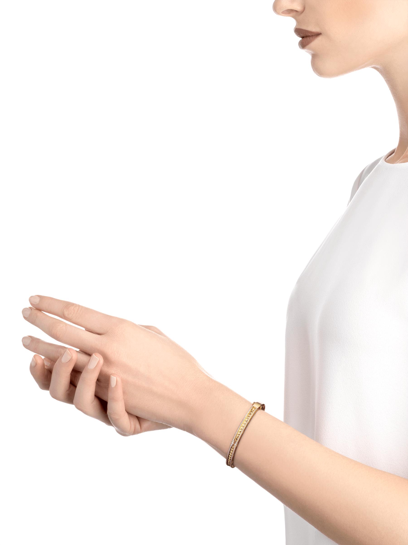Bracelet B.zero1 Rock en or jaune 18K avec spirale cloutée et pavé diamant sur les bords. BR859028 image 3
