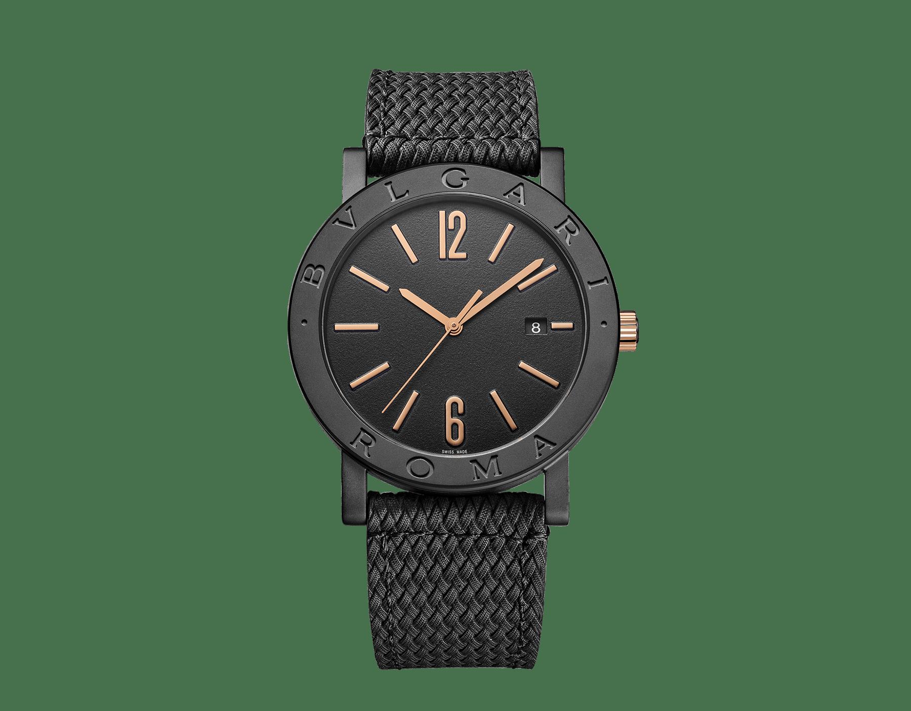"""ساعة """"بولغري بولغري سيتيز سبيشل إيديشن، ROMA"""" بآلية حركة ميكانيكية مصنّعة من قبل بولغري، تعبئة أوتوماتيكية، آلية BVL 191.، علبة الساعة من الفولاذ المعالج بالكربون الأسود الشبيه بالألماس مع نقش """"BVLGARI ROMA"""" على إطار الساعة، غطاء خلفي شفاف، ميناء مطلي بالمينا الأسود الخشن ومؤشرات الساعة من الذهب الوردي، سوار من جلد العجل البني، وسوار قابل للتبديل من المطاط الأسود. 103219 image 2"""