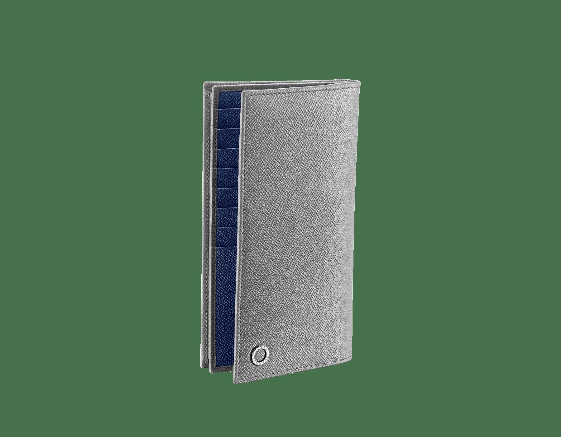 プルトストーングレーとデニムサファイアブルーのグレインカーフレザー製「ブルガリ・ブルガリ」ラージウォレット。 パラジウムプレートブラス製のアイコニックなロゴの装飾。 BBM-WLT-Y-ZP-16C-gcl image 1