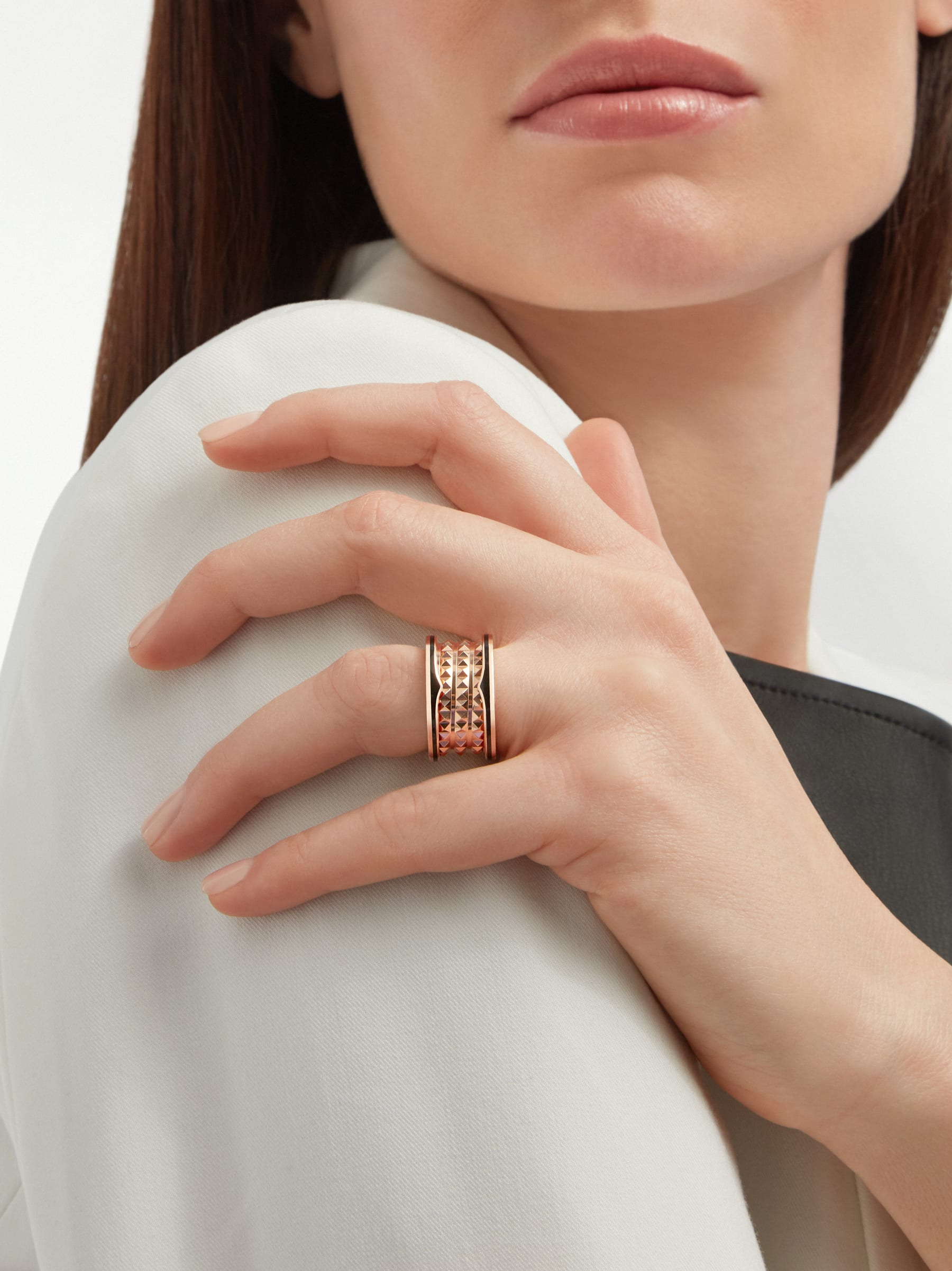 B.zero1 Rock four-band ring in 18 kt rose gold with studded spiral and black ceramic inserts on the edges. AN859089 image 4