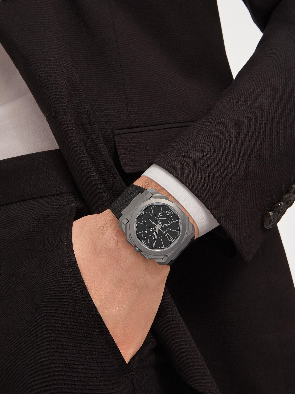 Relógio Octo Finissimo Chrono GMT com movimento de manufatura mecânico extrafino, cronógrafo e GMT, corda automática com rotor periférico em platina, caixa em titânio, fundo transparente, mostrador preto e pulseira em borracha preta. Resistente à água até 30 metros 103371 image 4