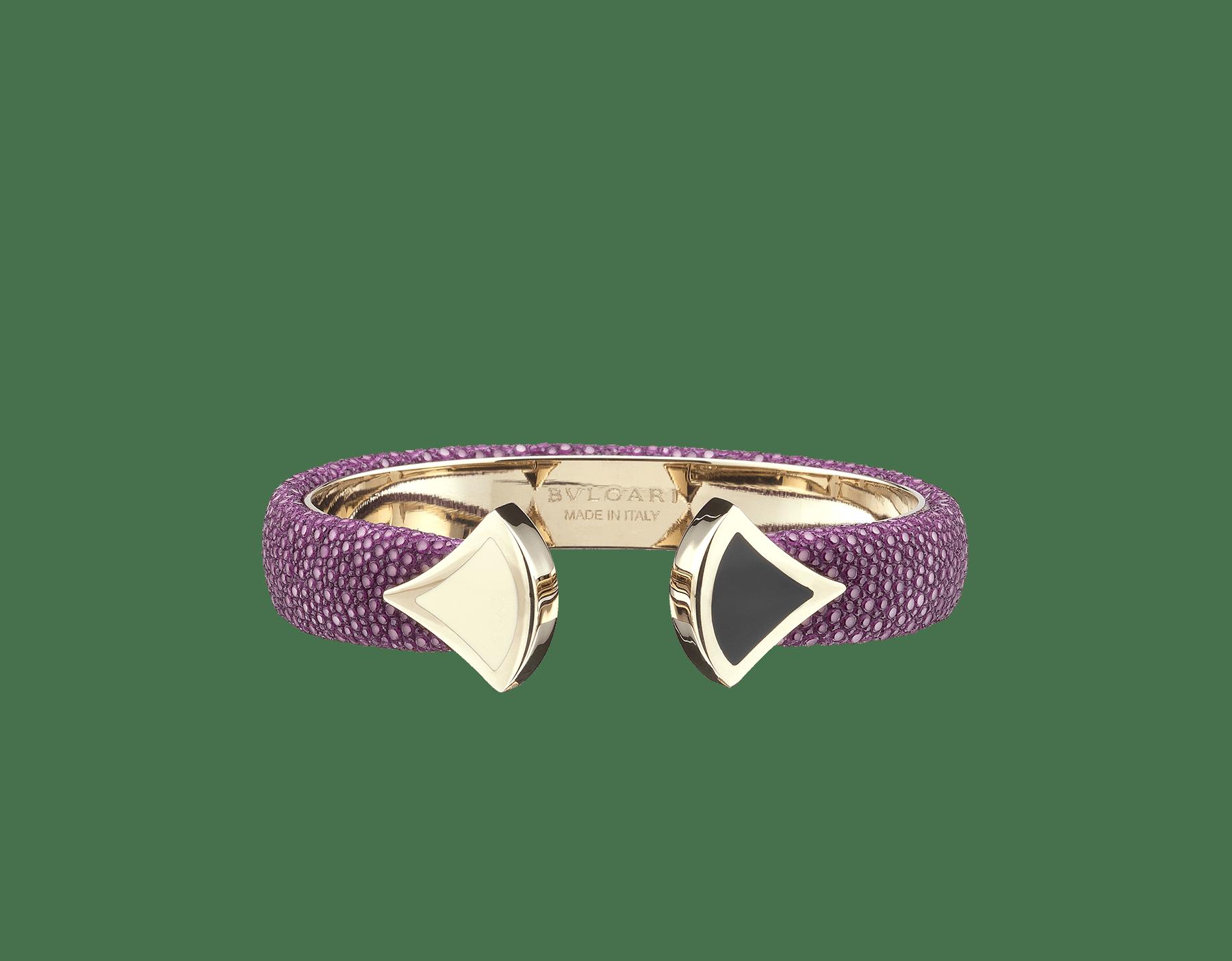 Pulsera de piel de galuchat color jade glicinia con emblemático cierre Contraire con motivo DIVAS' DREAM de latón bañado en oro claro y esmalte blanco y negro. DIVA-CONTRAIR-S image 4