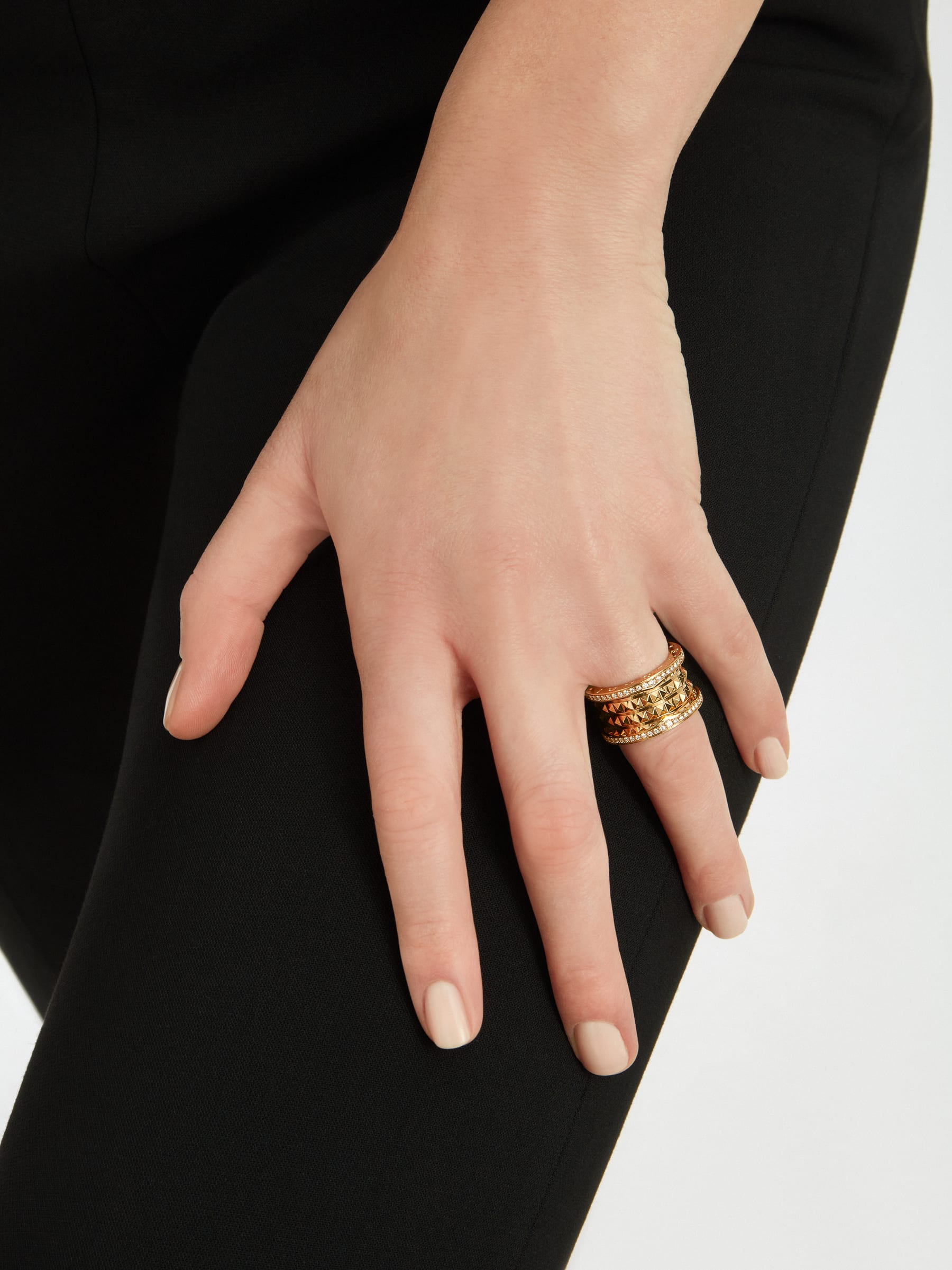 B.zero1 Rock four-band ring in 18 kt yellow gold with studded spiral and pavé diamonds on the edges. AN859026 image 4