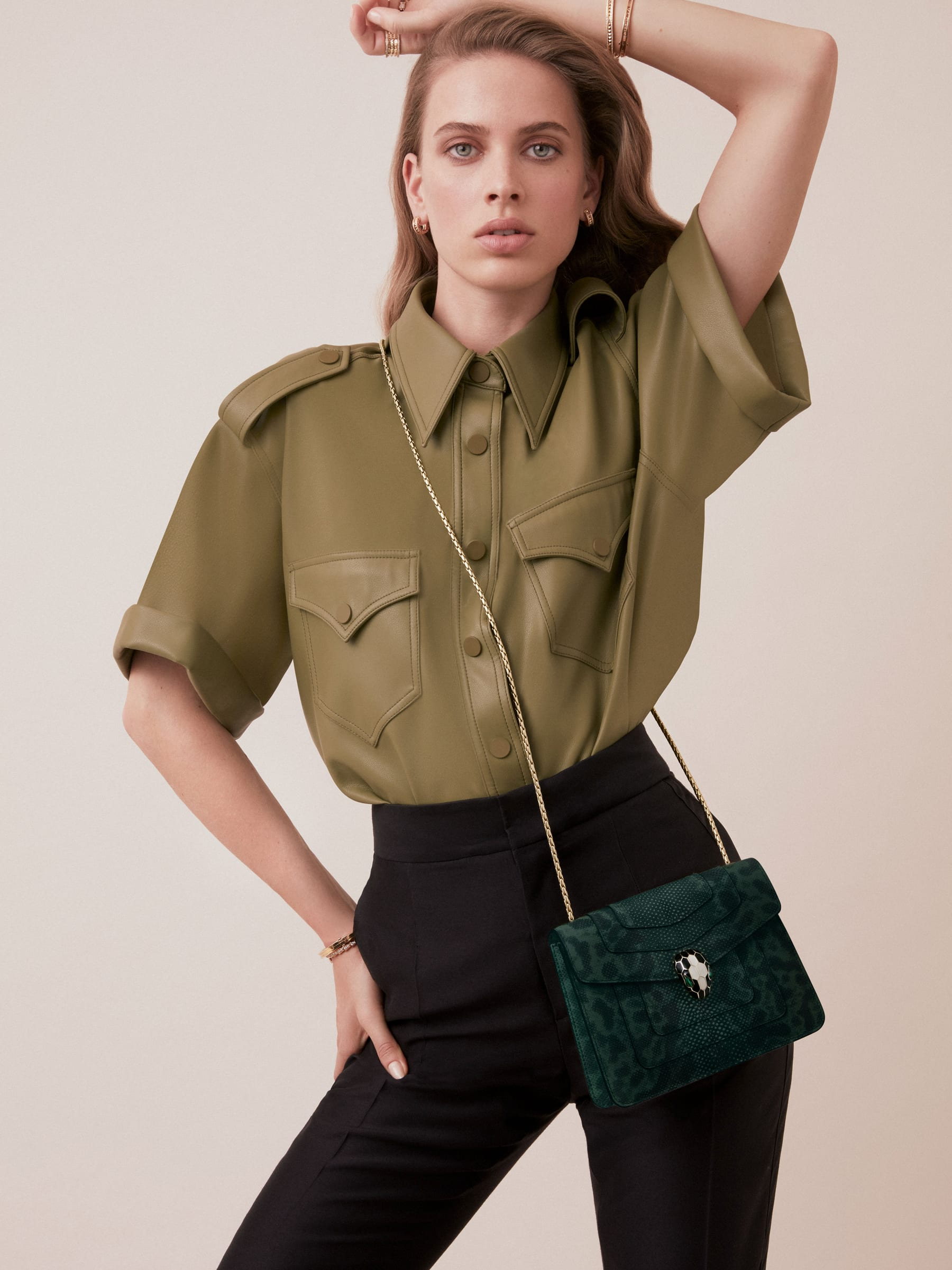 """""""Serpenti Forever"""" crossbody bag in shiny forest emerald karung skin. Iconic snakehead closure in light gold plated brass enriched with black and white enamel and green malachite eyes. 287357 image 4"""