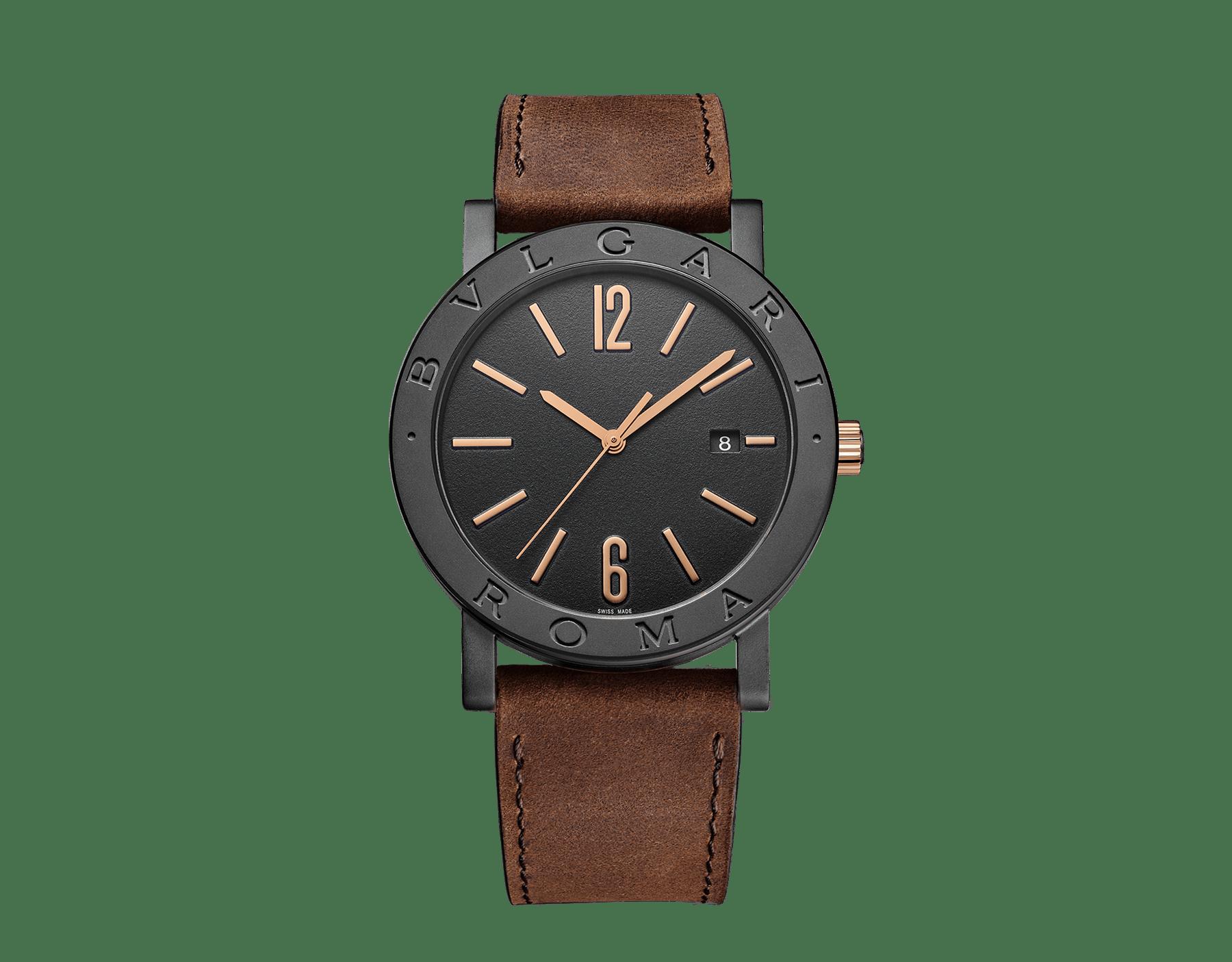 """ساعة """"بولغري بولغري سيتيز سبيشل إيديشن، ROMA"""" بآلية حركة ميكانيكية مصنّعة من قبل بولغري، تعبئة أوتوماتيكية، آلية BVL 191.، علبة الساعة من الفولاذ المعالج بالكربون الأسود الشبيه بالألماس مع نقش """"BVLGARI ROMA"""" على إطار الساعة، غطاء خلفي شفاف، ميناء مطلي بالمينا الأسود الخشن ومؤشرات الساعة من الذهب الوردي، سوار من جلد العجل البني، وسوار قابل للتبديل من المطاط الأسود. 103219 image 1"""