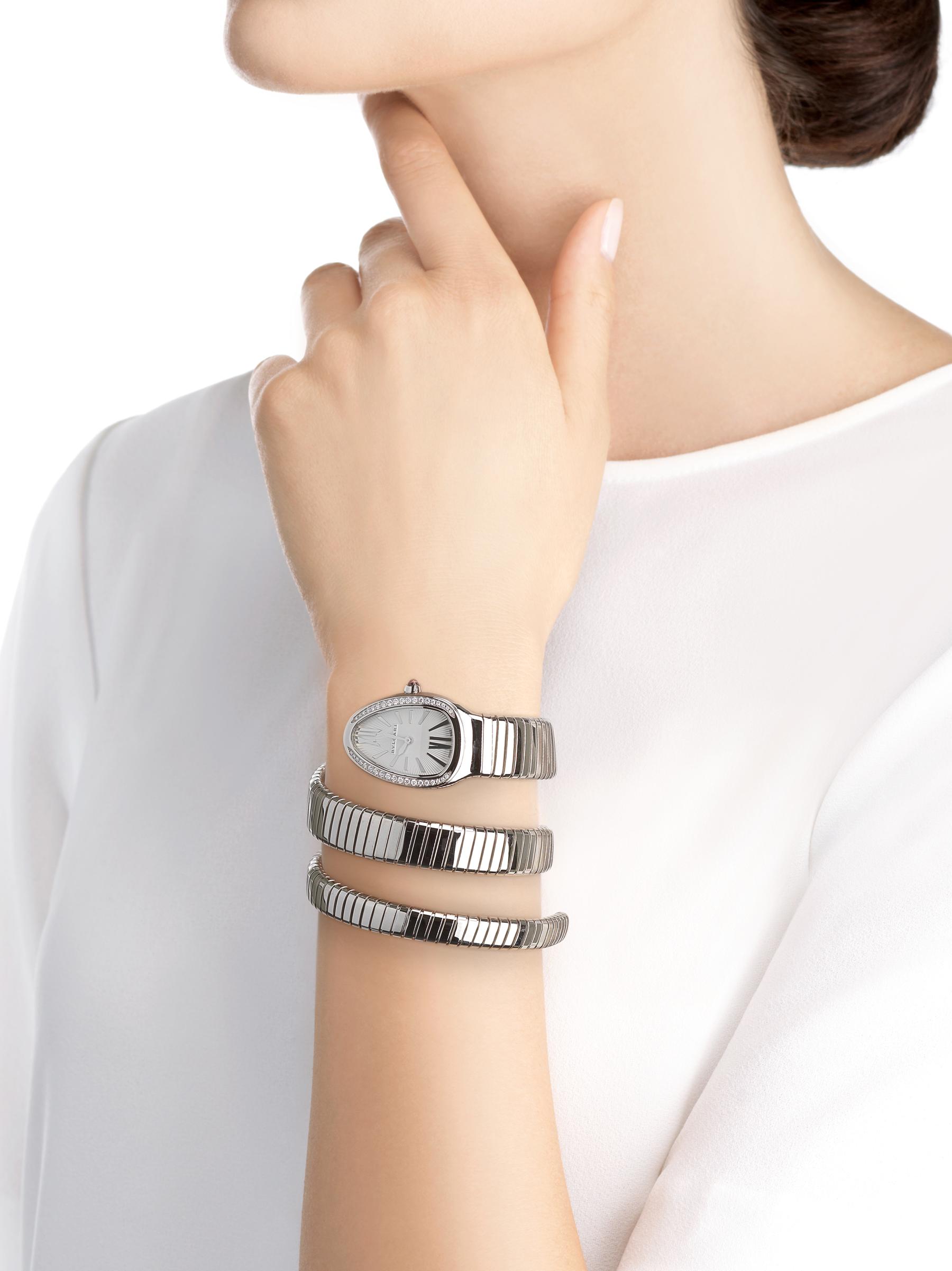 Montre Serpenti Tubogas avec boîtier et bracelet double spirale en acier inoxydable, lunette sertie de diamants taille brillant et cadran en opaline argentée. 101910 image 4