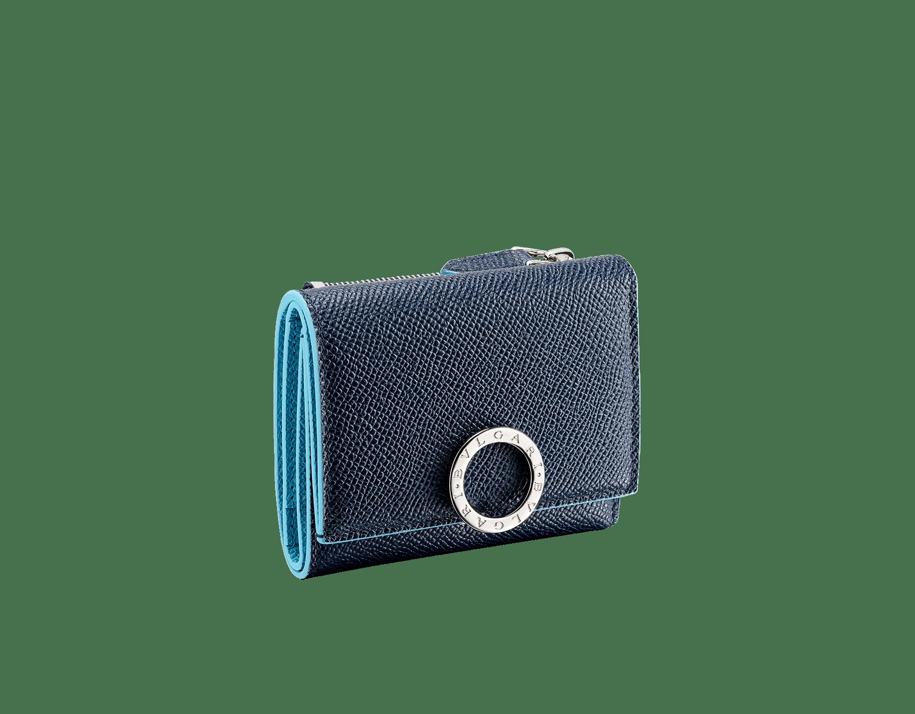 Schmales, kompaktes BVLGARI BVLGARI Portemonnaie aus genarbtem Kalbsleder in Denim Sapphire Blau und Aegean Topaz. Ikonische Verschlussklammer mit Logo aus palladiumbeschichtetem Messing. BCM-SLIMCOMPACTc image 1
